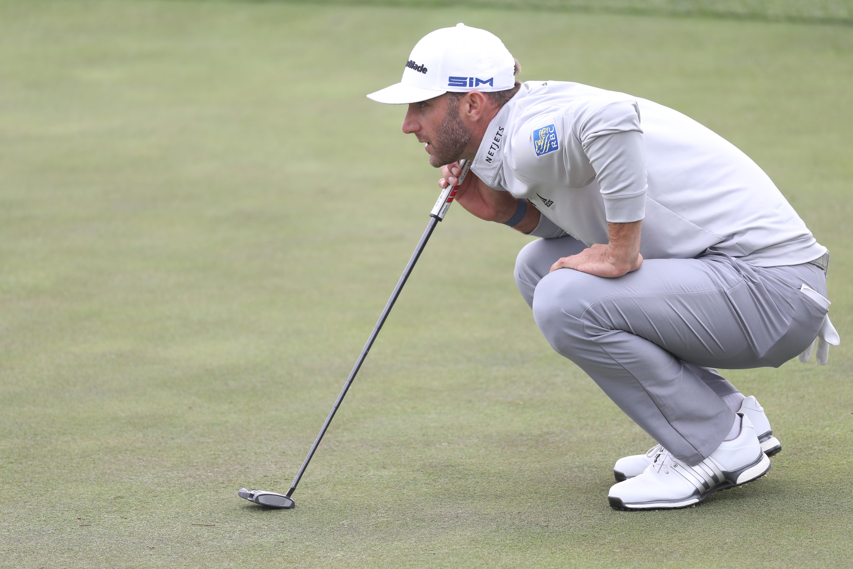 2020年8月8日,在加州旧金山的TPC哈丁公园举行的2020 PGA锦标赛第三轮比赛中,美国选手达斯汀·约翰逊在第18果岭推杆。