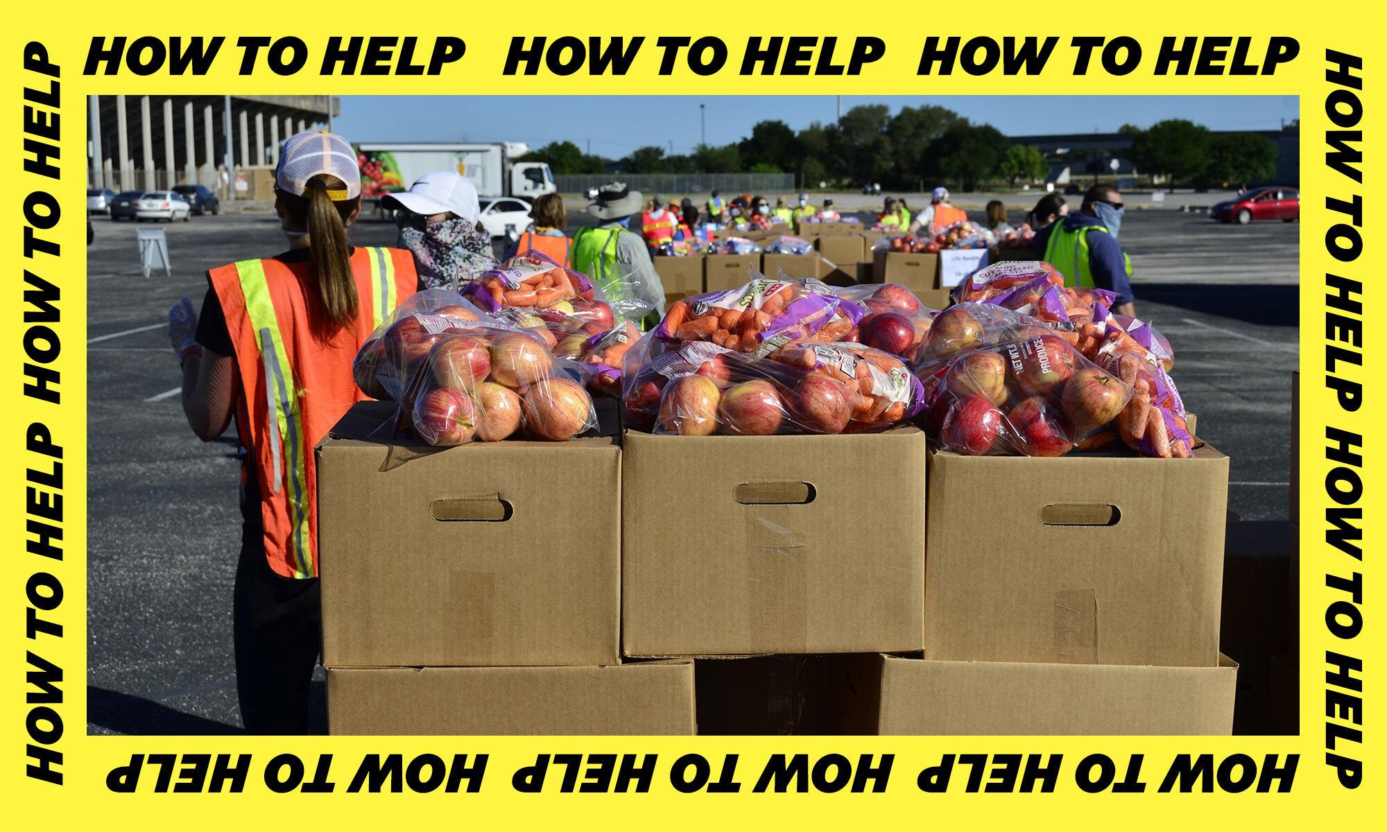 志愿者们在德州中部食品银行分发苹果。