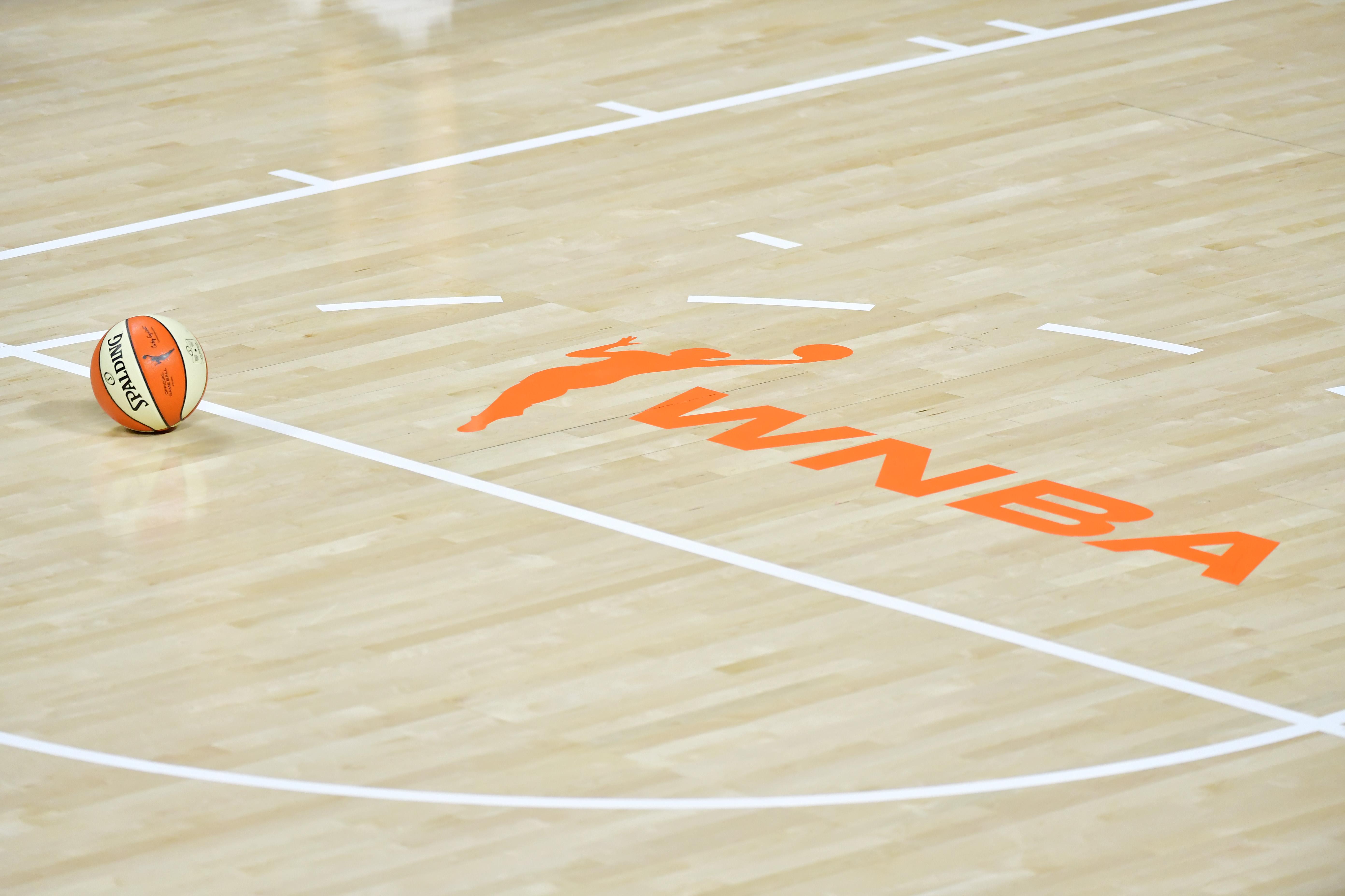 2020年8月7日,弗罗里达棕榈城菲尔德娱乐中心,在纽约自由队和华盛顿神秘队的比赛中,官方斯伯丁篮球坐在WNBA标志附近的球场上。