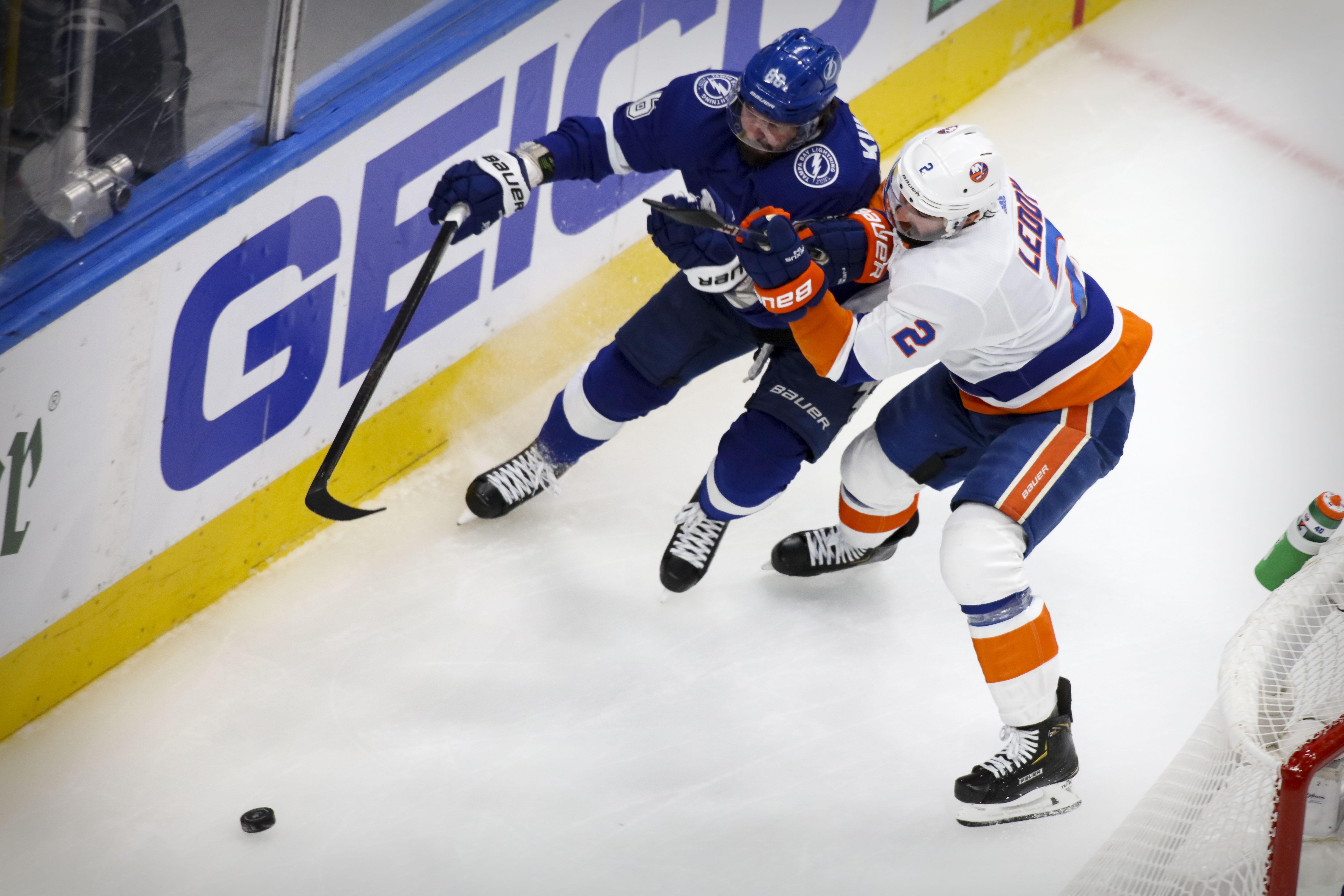 2020年斯坦利杯季后赛东部决赛第二场,坦帕湾闪电队右翼尼基塔·库切洛夫和纽约岛民队防守队员尼克·莱迪在第一节追逐冰球。