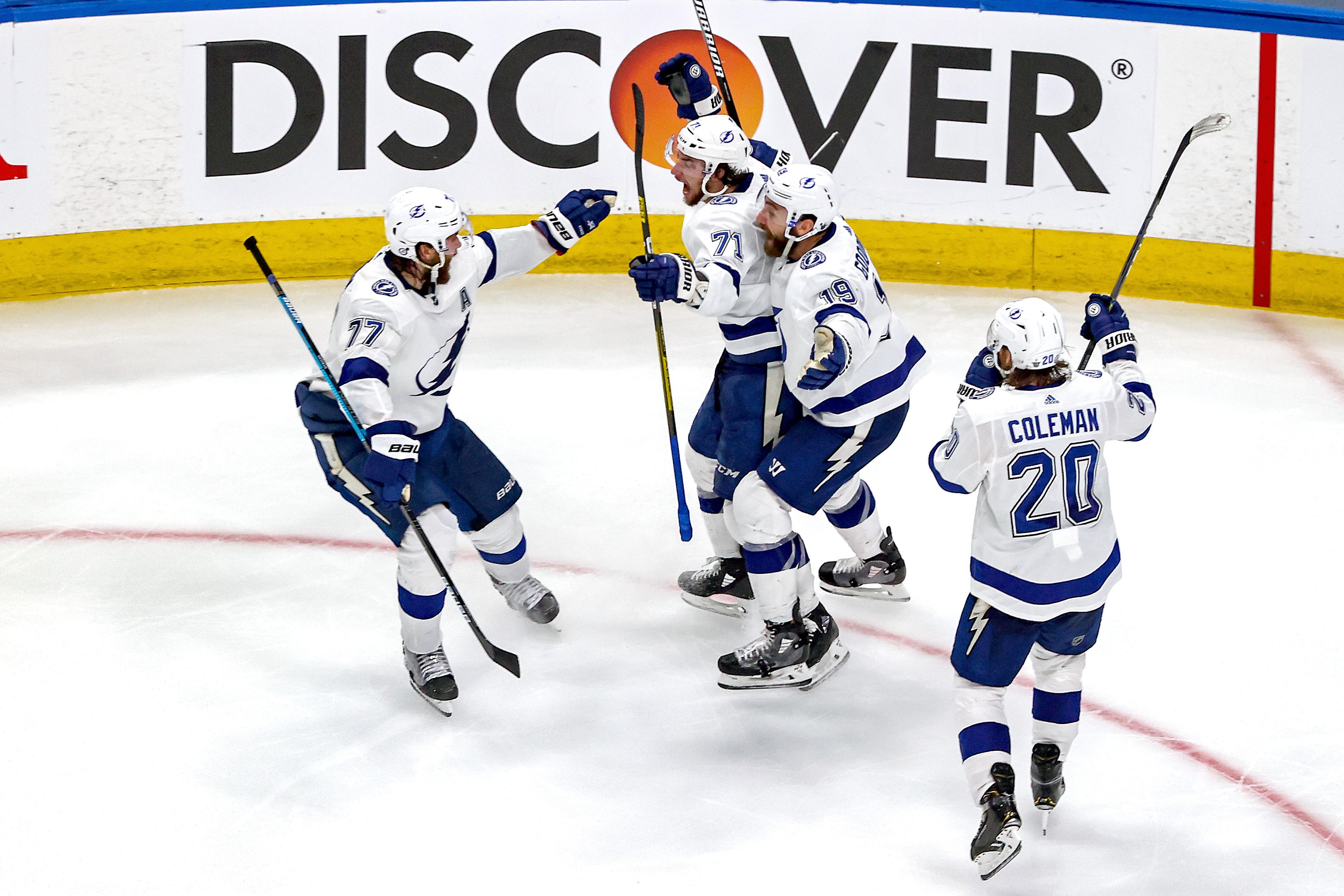 安东尼·海利的坦帕湾闪电是祝贺队友进球后一个目标后的比赛中,打入制胜一球后狂喜与纽约岛民第一加班期间赢得东部决赛的6场季后赛在2020年NHL斯坦利杯在罗杰斯地方9月17日,2020年在阿尔伯塔省埃德蒙顿加拿大。