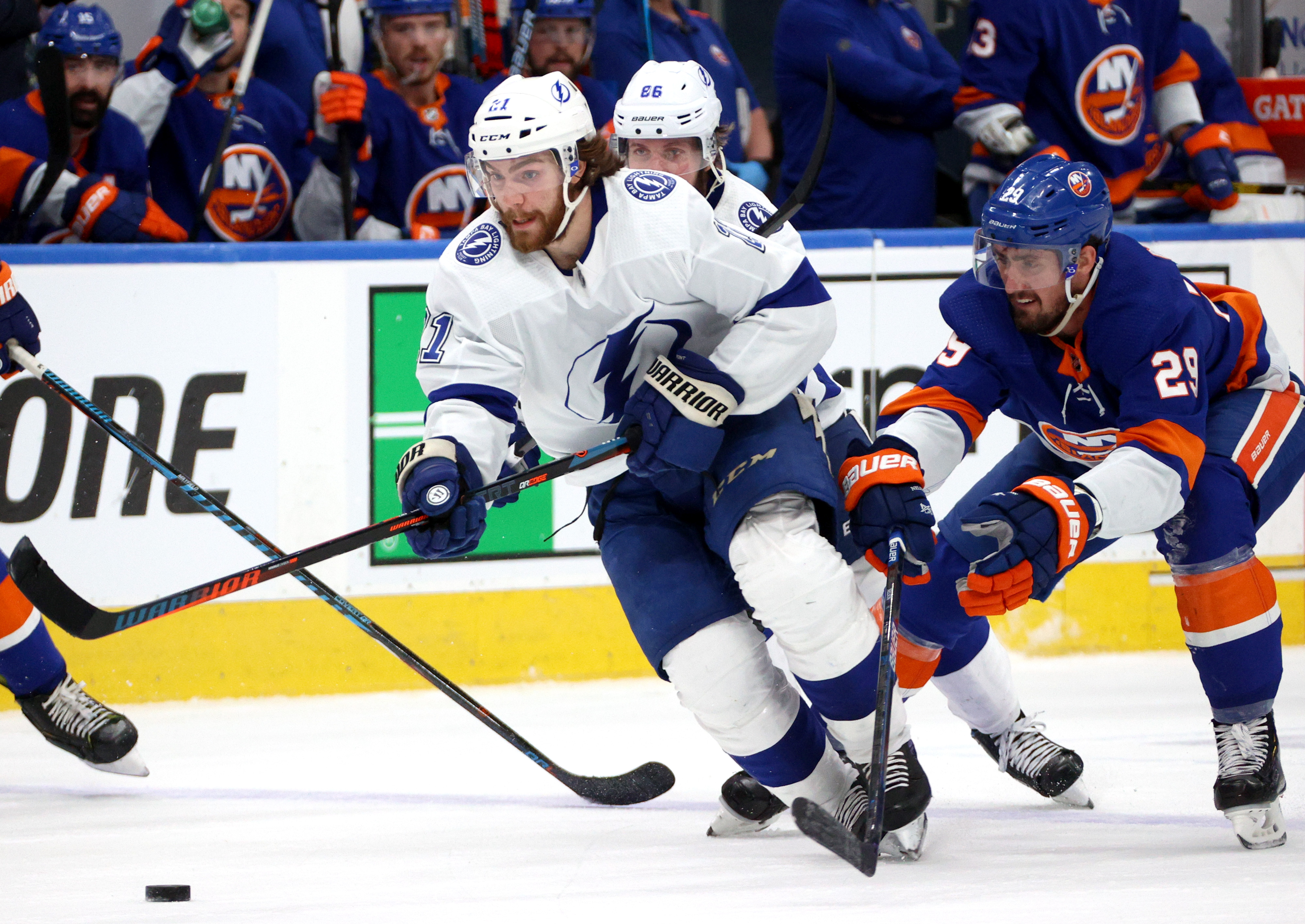 Brayden坦帕湾闪电的溜冰鞋的冰球作为纽约的布鲁克·尼尔森岛民奉行在第三段游戏6东部决赛的2020 NHL斯坦利杯季后赛坦帕湾闪电和纽约之间的岛民在罗杰斯地方9月17日,2020年在阿尔伯塔省埃德蒙顿。