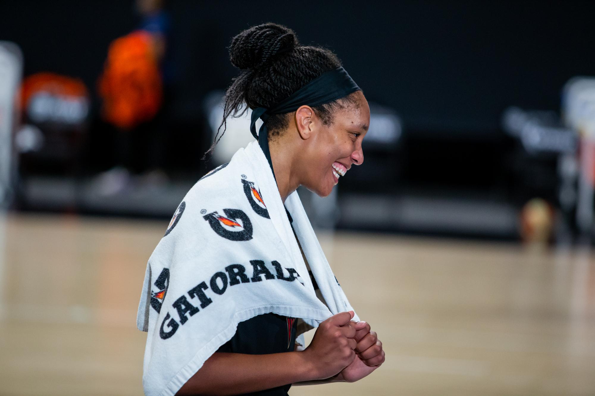 在IMG学院举行的WNBA半决赛第五场比赛中,拉斯维加斯王牌中锋A 'ja Wilson击败康涅狄格州太阳队后开怀大笑。