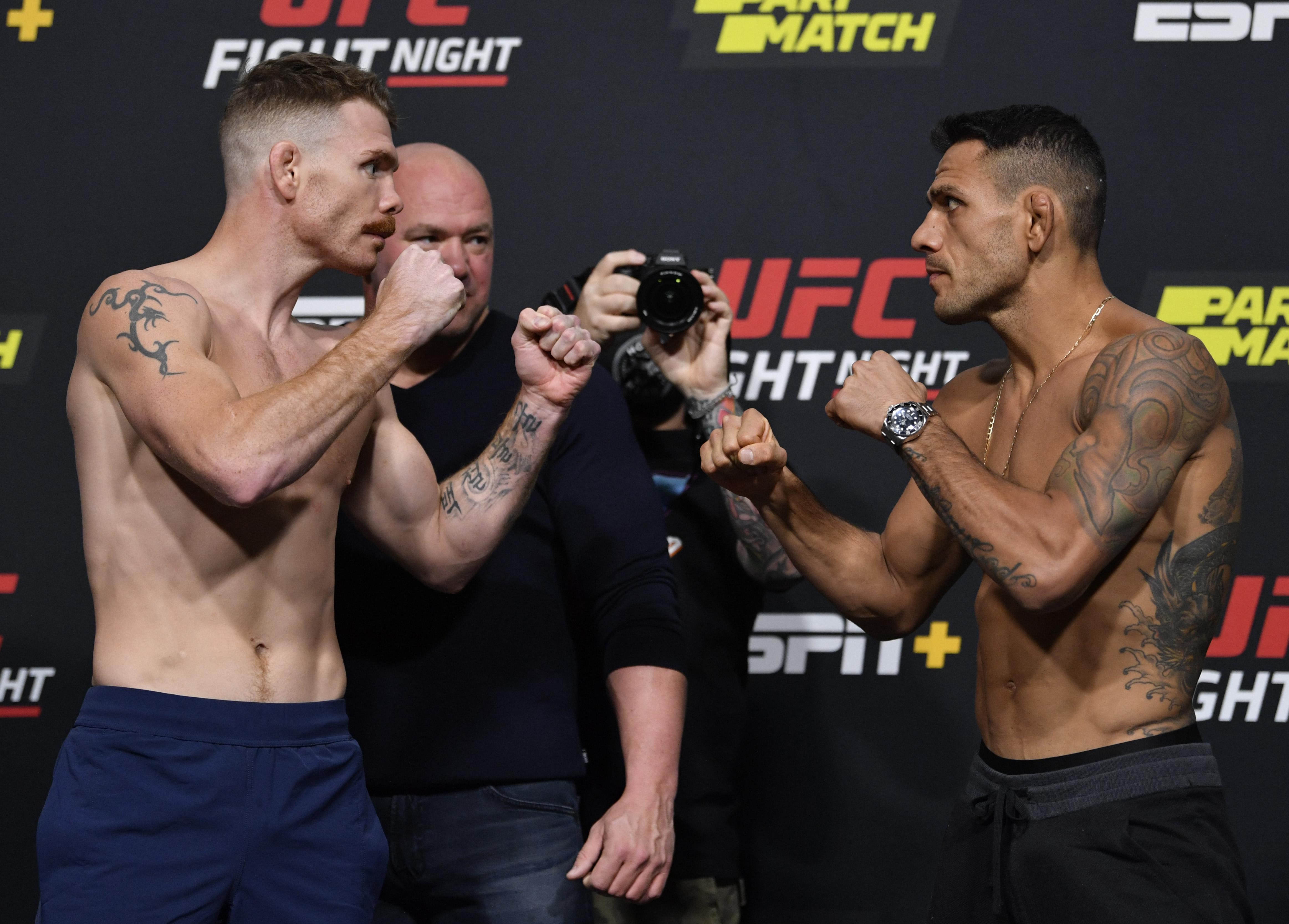 保罗·菲尔德和拉斐尔·多斯·安霍斯在UFC维加斯14