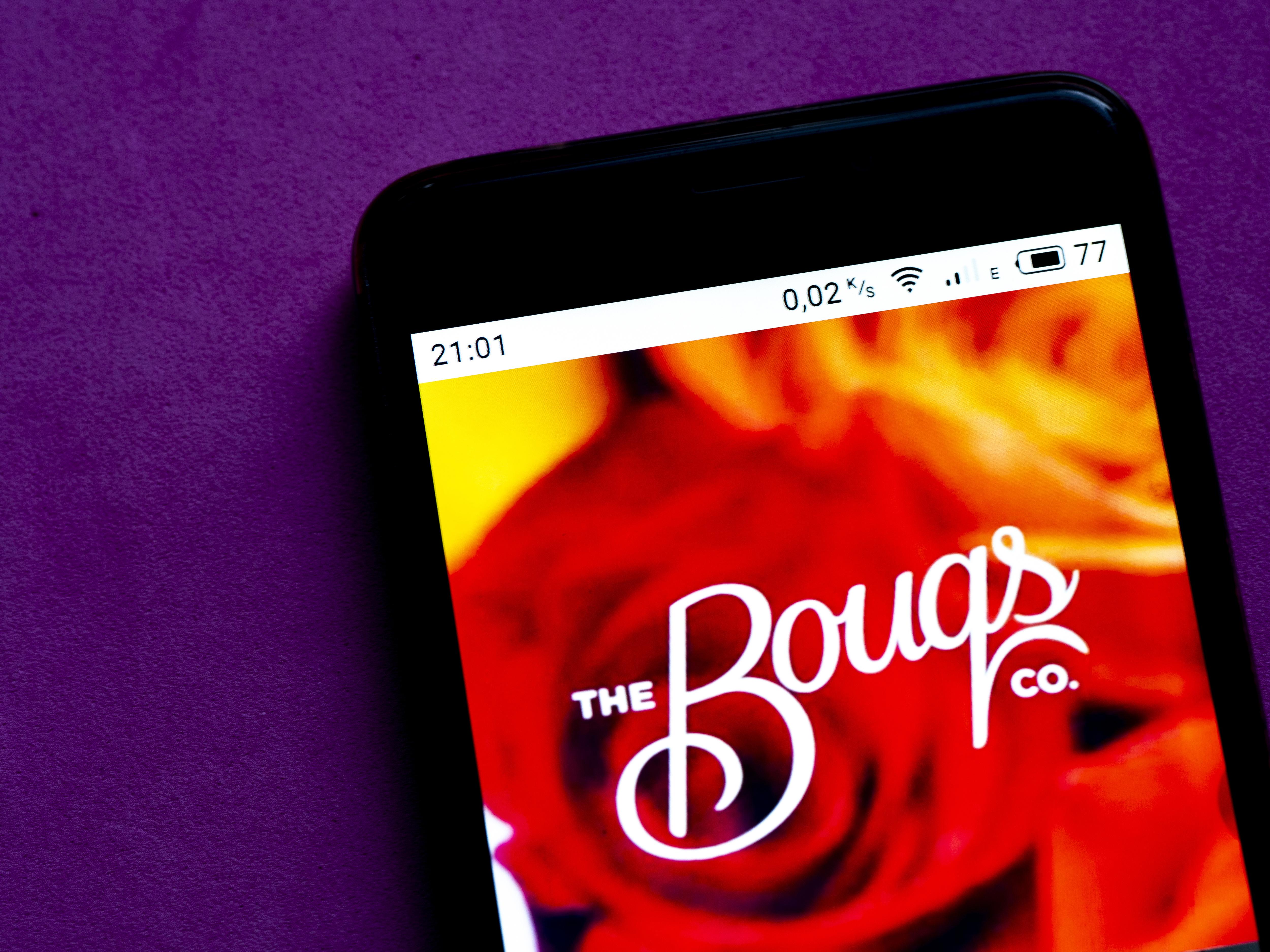 在这张照片的插图中,Bouqs的标志被显示出来。。。