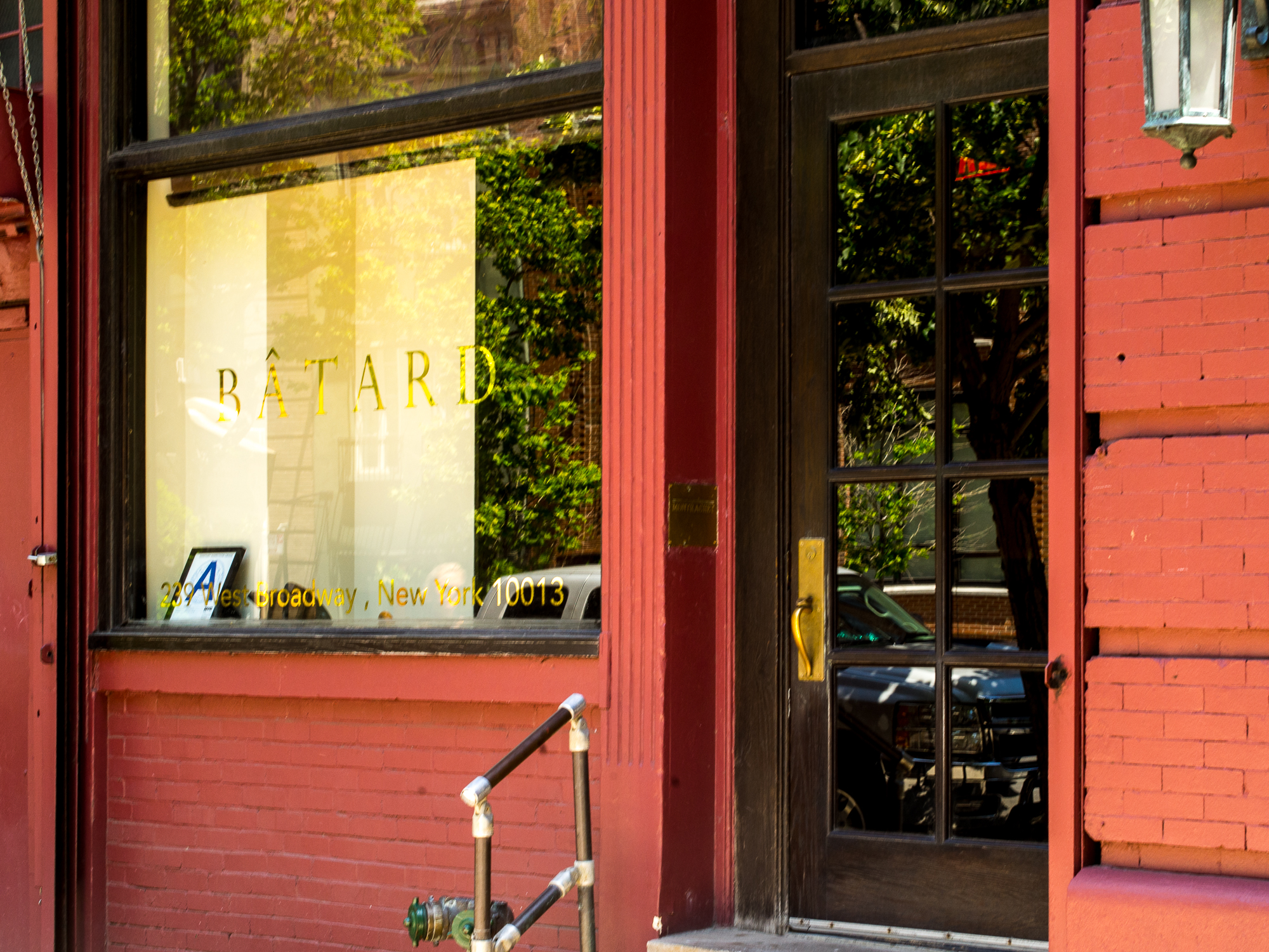 The red painted exterior of the restaurant Bâtard