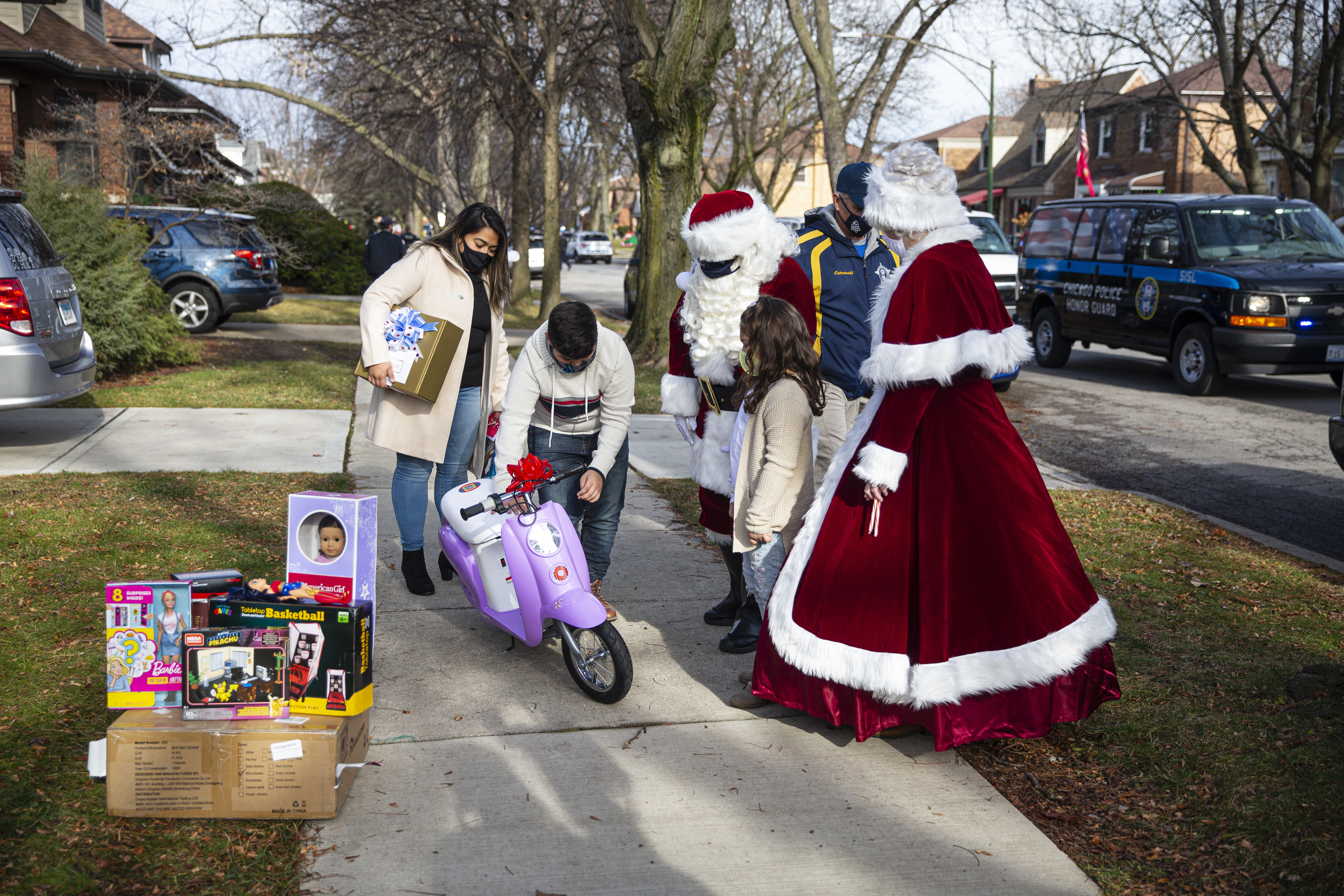 Santa Claus and Mrs. Claus, with the help of the Chicago Police Memorial Foundation, drop off gifts to the family of fallen CPD officer Samuel Jimenez in West Morgan Park on Sunday, Dec. 13, 2020.