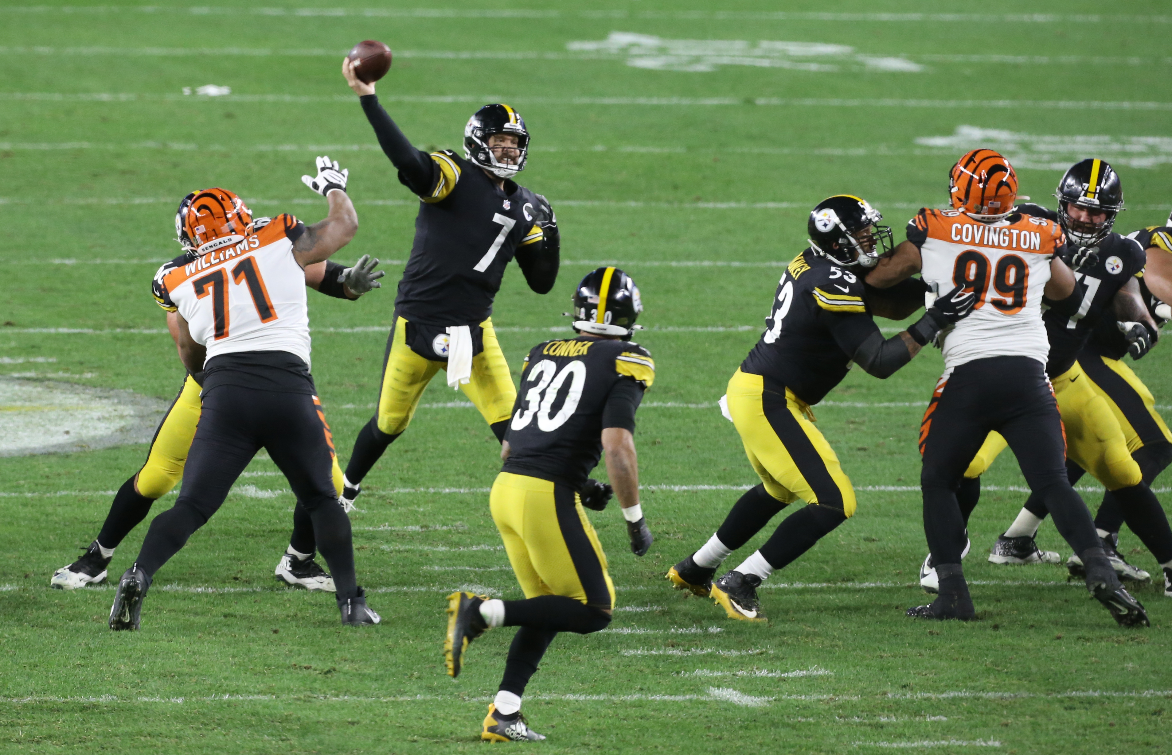 Pittsburgh Steelers quarterback Ben Roethlisberger (7) passes against the Cincinnati Bengals during the third quarter at Heinz Field. The Steelers won 36-10.