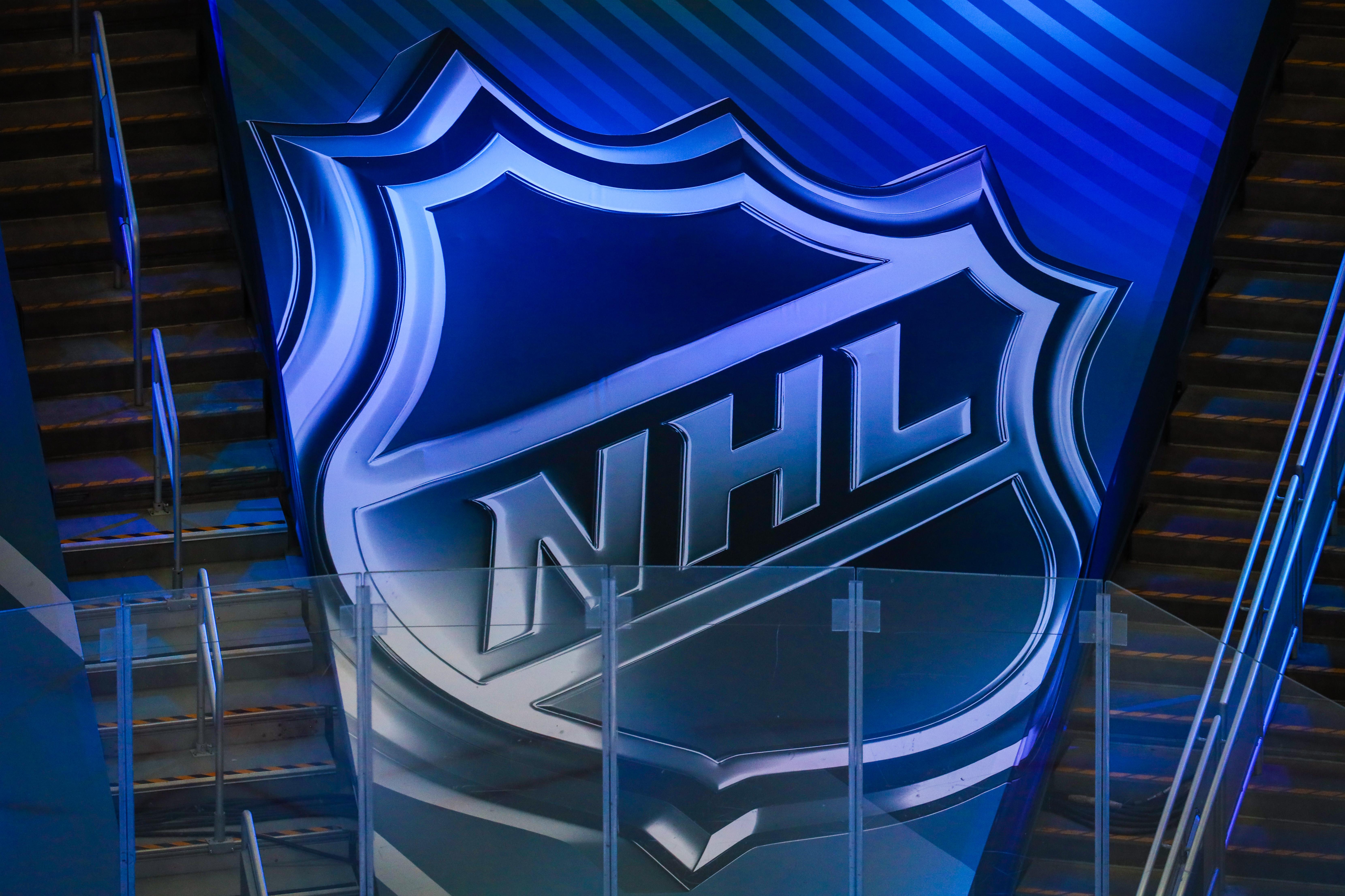 图为2020年斯坦利杯季后赛首轮第二场,达拉斯明星队和卡尔加里火焰队之间的热身期间,看台上NHL的标志。
