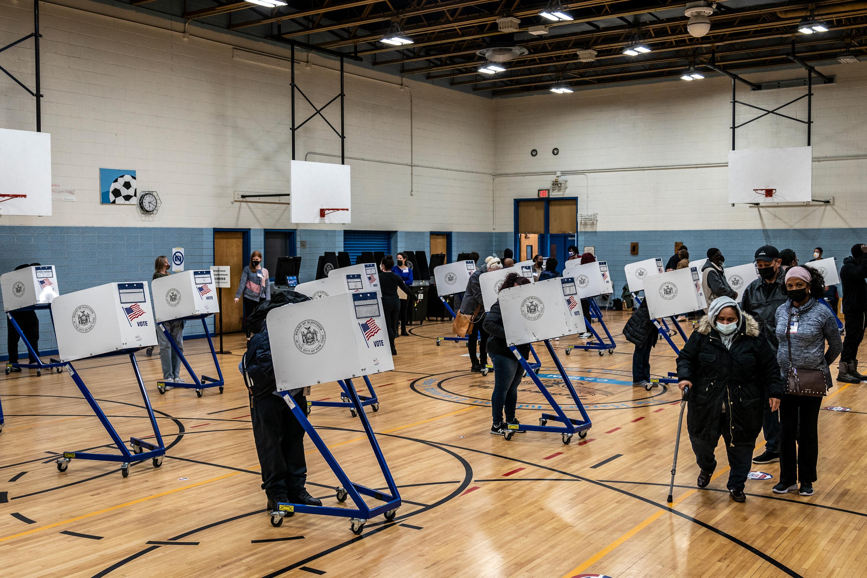 La gente emite su voto en el P.S. 154 en Harlem durante el día de las elecciones, 3 de noviembre de 2020.