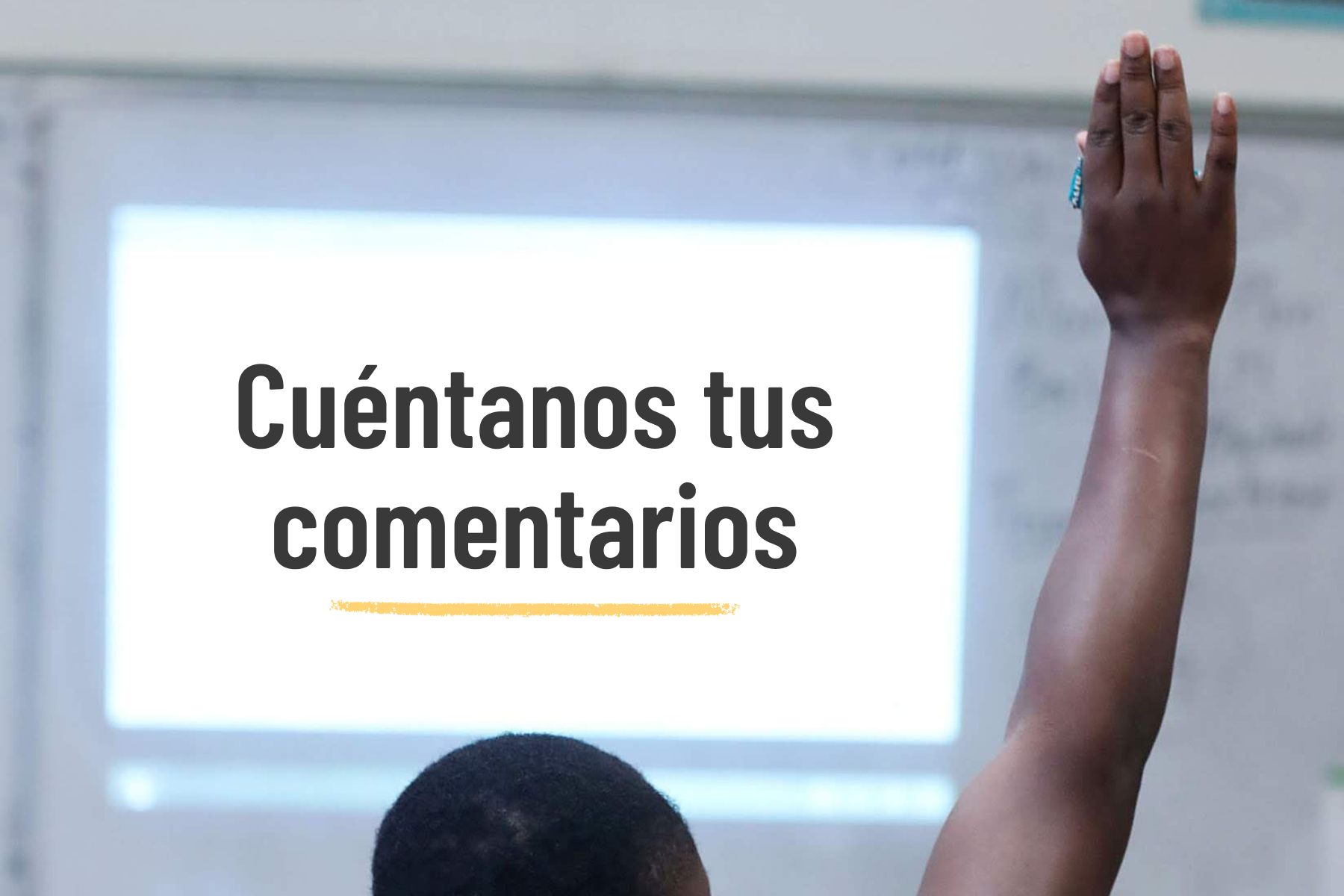 A student raises his hand during class. Text overlay on the image reads: Cuéntanos tus comentarios.