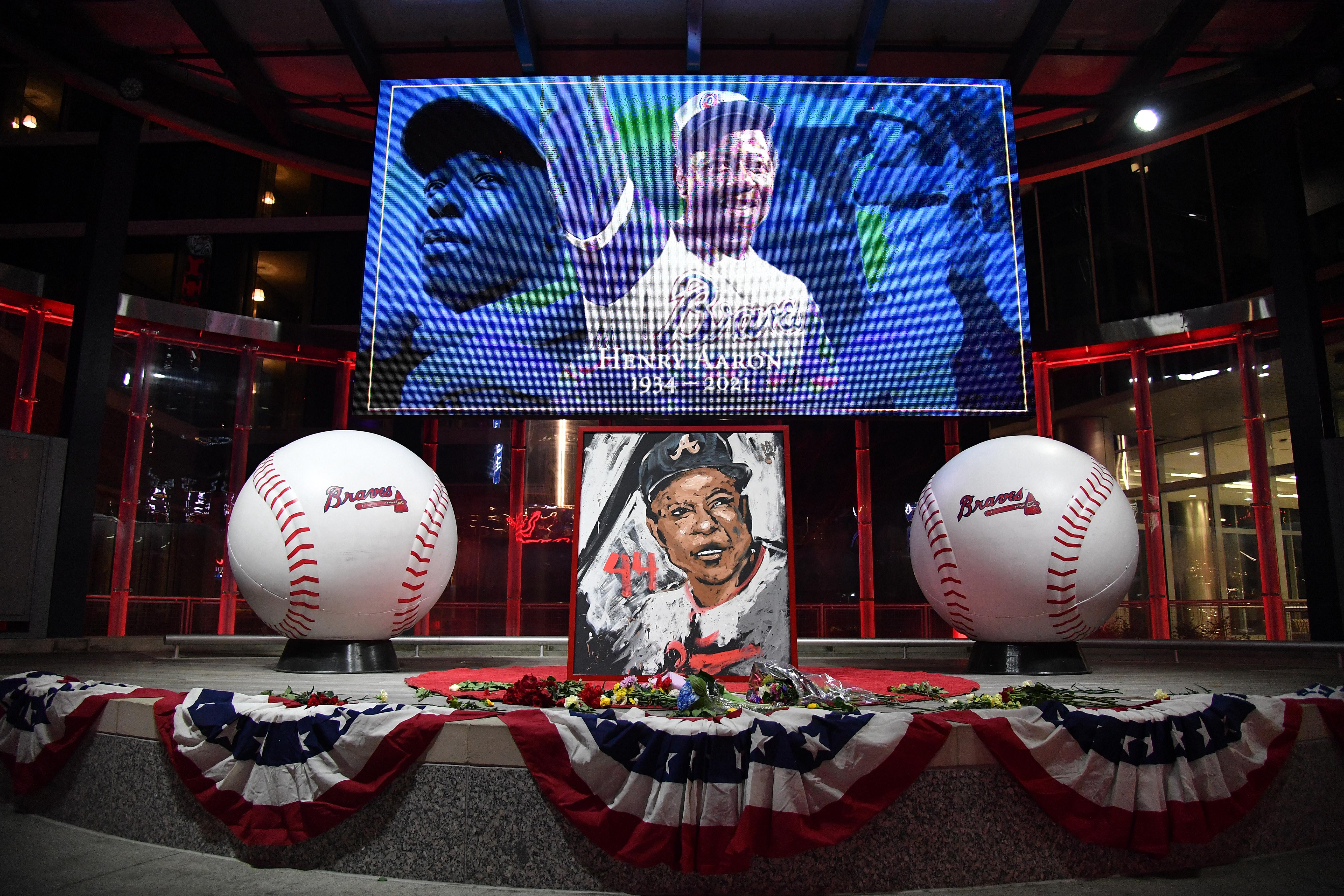 球迷们在MLB名人堂的汉克·亚伦去世后向他致敬