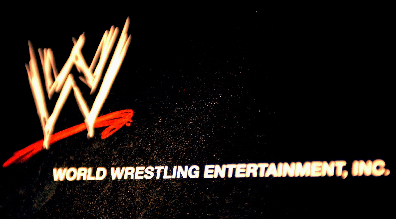 世界摔跤娱乐徽标挂在媒体大会上的墙上,宣布在2003年3月18日在纽约市的时代广场ESPN区的全明星阵容。