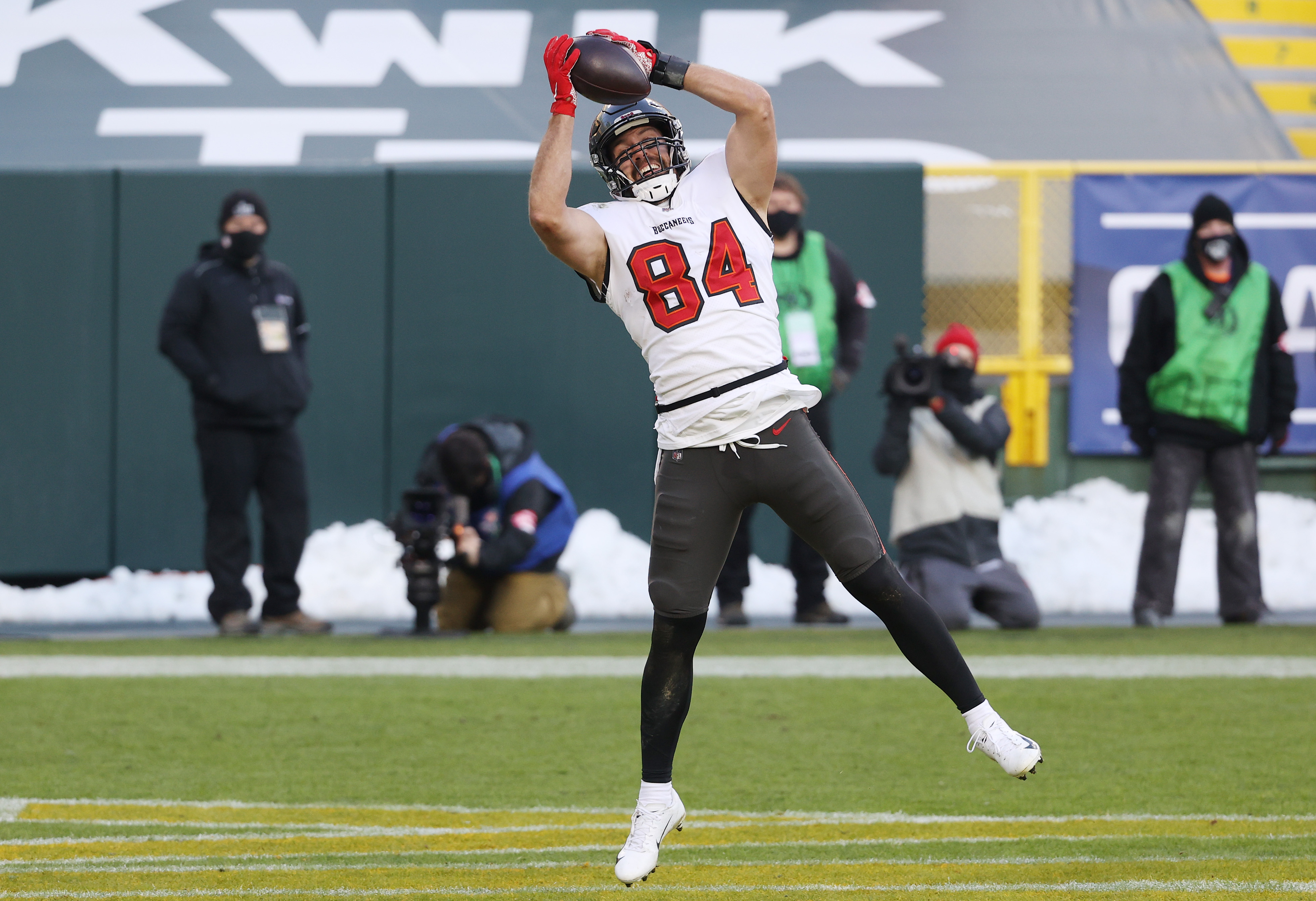 Cameron Brate #84 of the Tampa Bay Buccaneers scores a touchdown in the third quarter against the Green Bay Packers during the NFC Championship game at Lambeau Field on January 24, 2021 in Green Bay, Wisconsin.