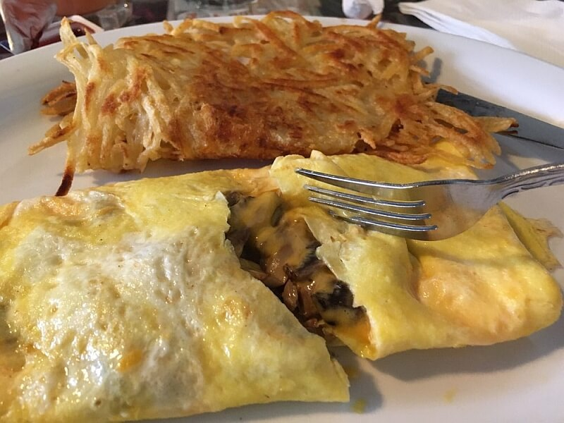 Omelette and hash browns at Art's Cafe