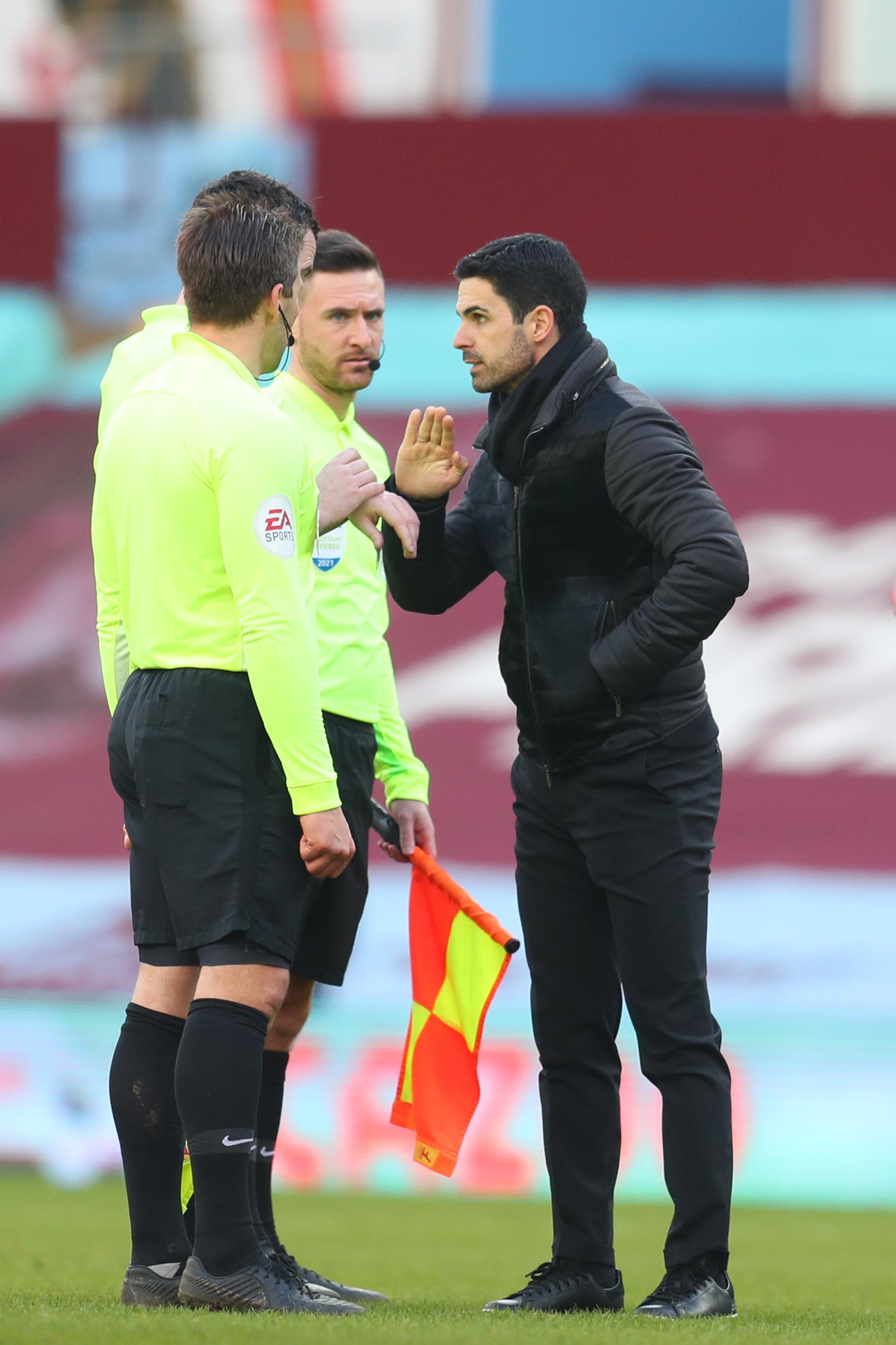 Mikel Arteta speaks to match officials - ARSENAL - Premier League