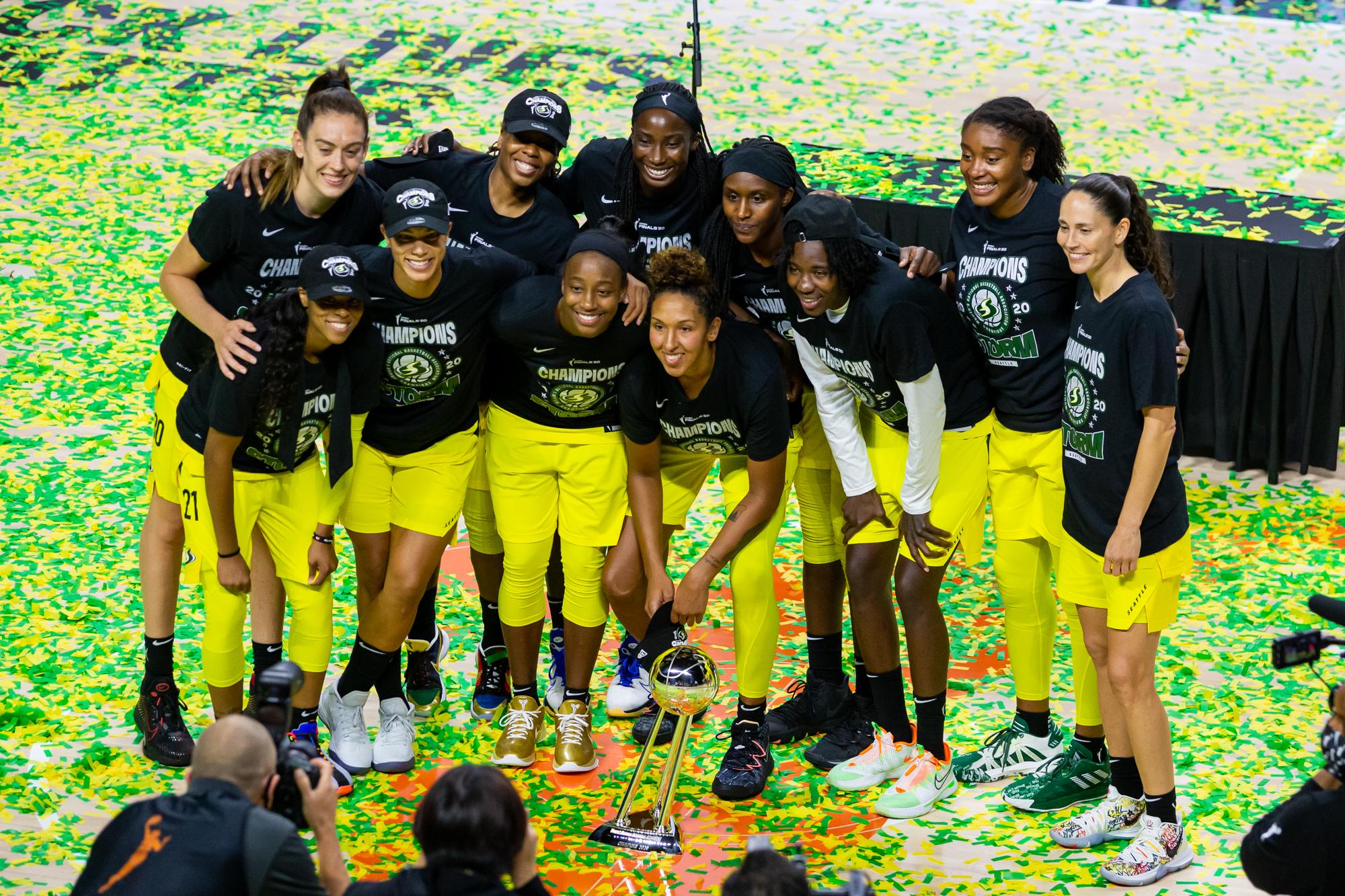 在IMG学院赢得2020年WNBA总决赛后,西雅图风暴队成员与冠军奖杯合影。