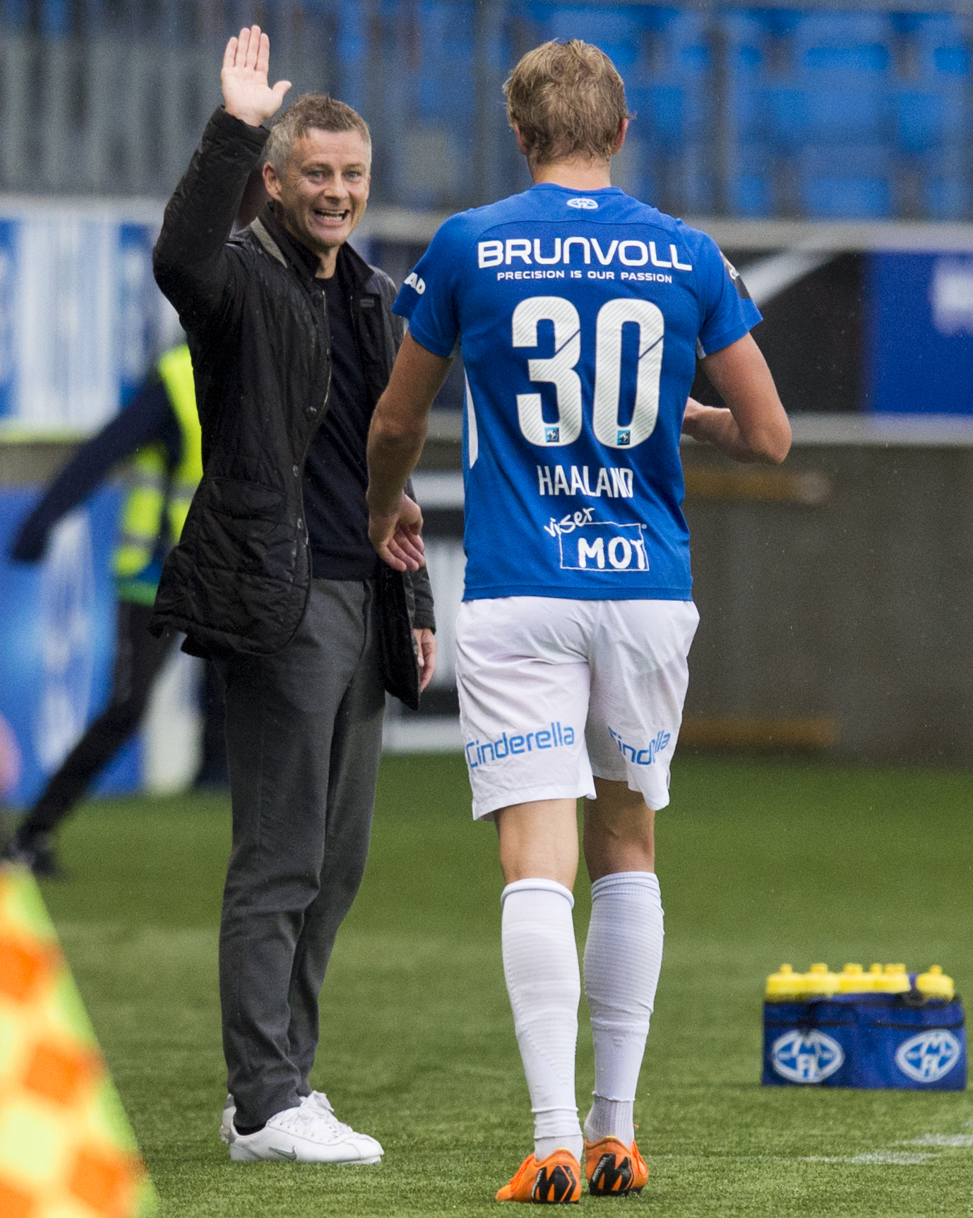 16/08/18 UEFA EUROPA LEAGUE THIRD QUALIFYING ROUND 2ND LEG.MOLDE FK V HIBERNIAN.MOLDE - NORWAY .Molde manager Ole Gunnar Solskjaer celebrates with Erling Braut Haland as he is substituted.