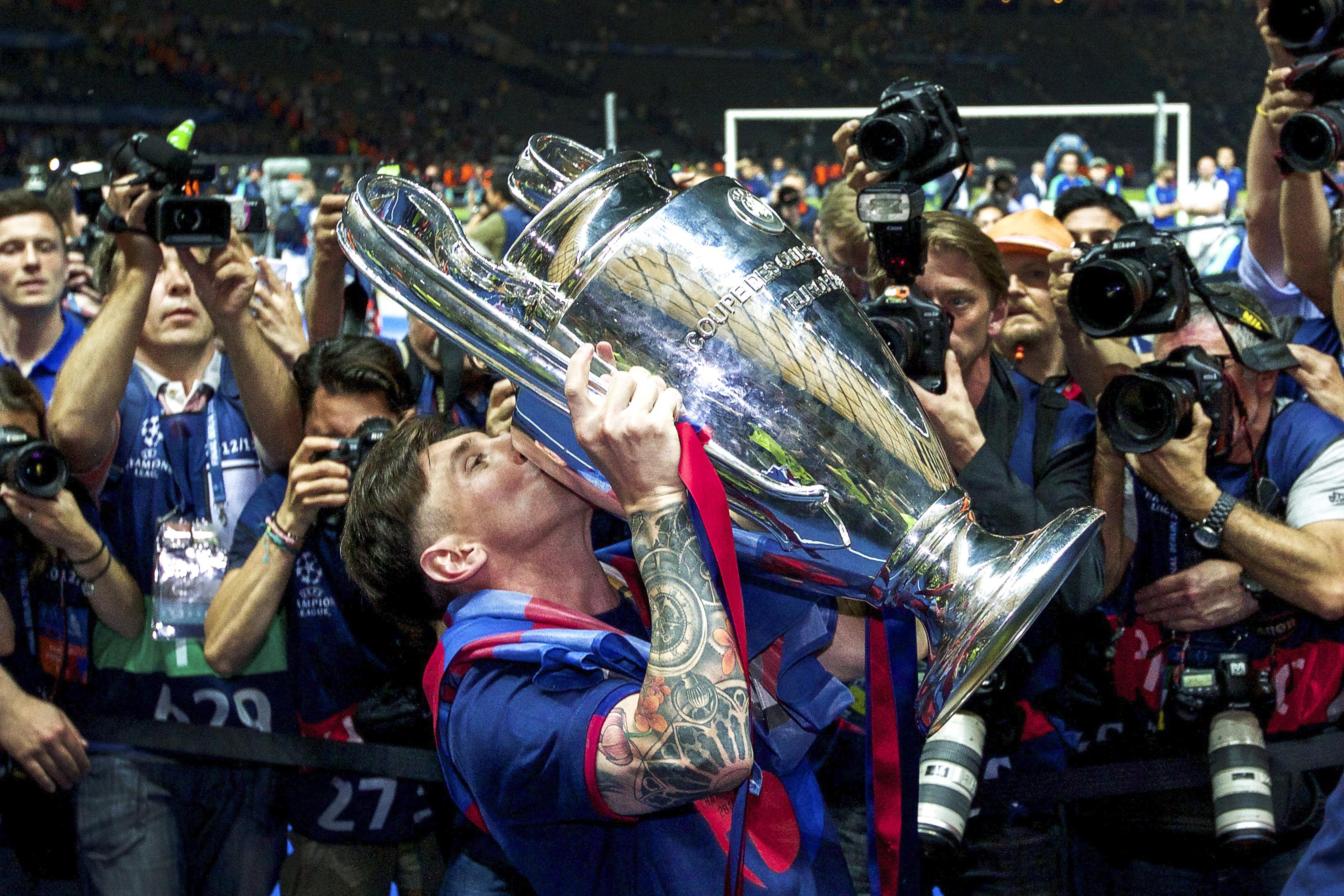Lionel Messi kissing the CL Trophy - Champions League final - Barcelona