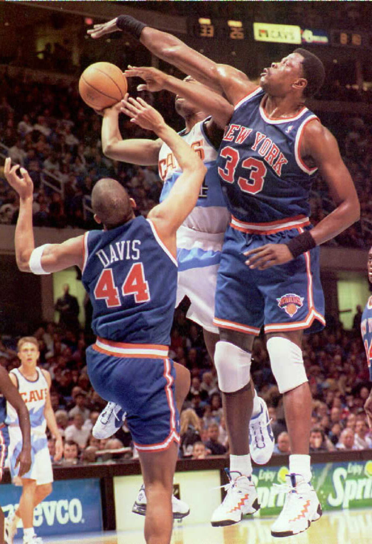 New York Knicks guard Hubert Davis (L) and center