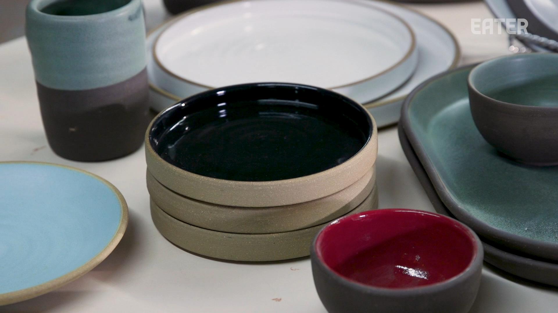 一系列陶瓷板和杯子