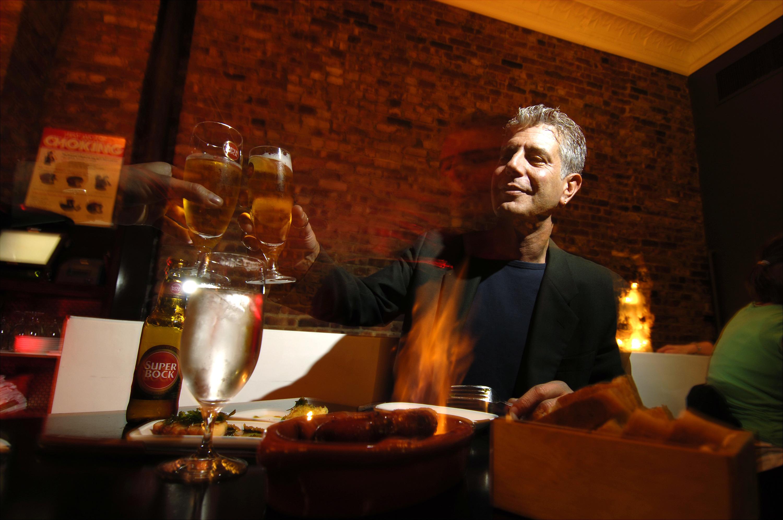 厨师Anthony Bourdain在Ti的Tintol餐厅喝酒