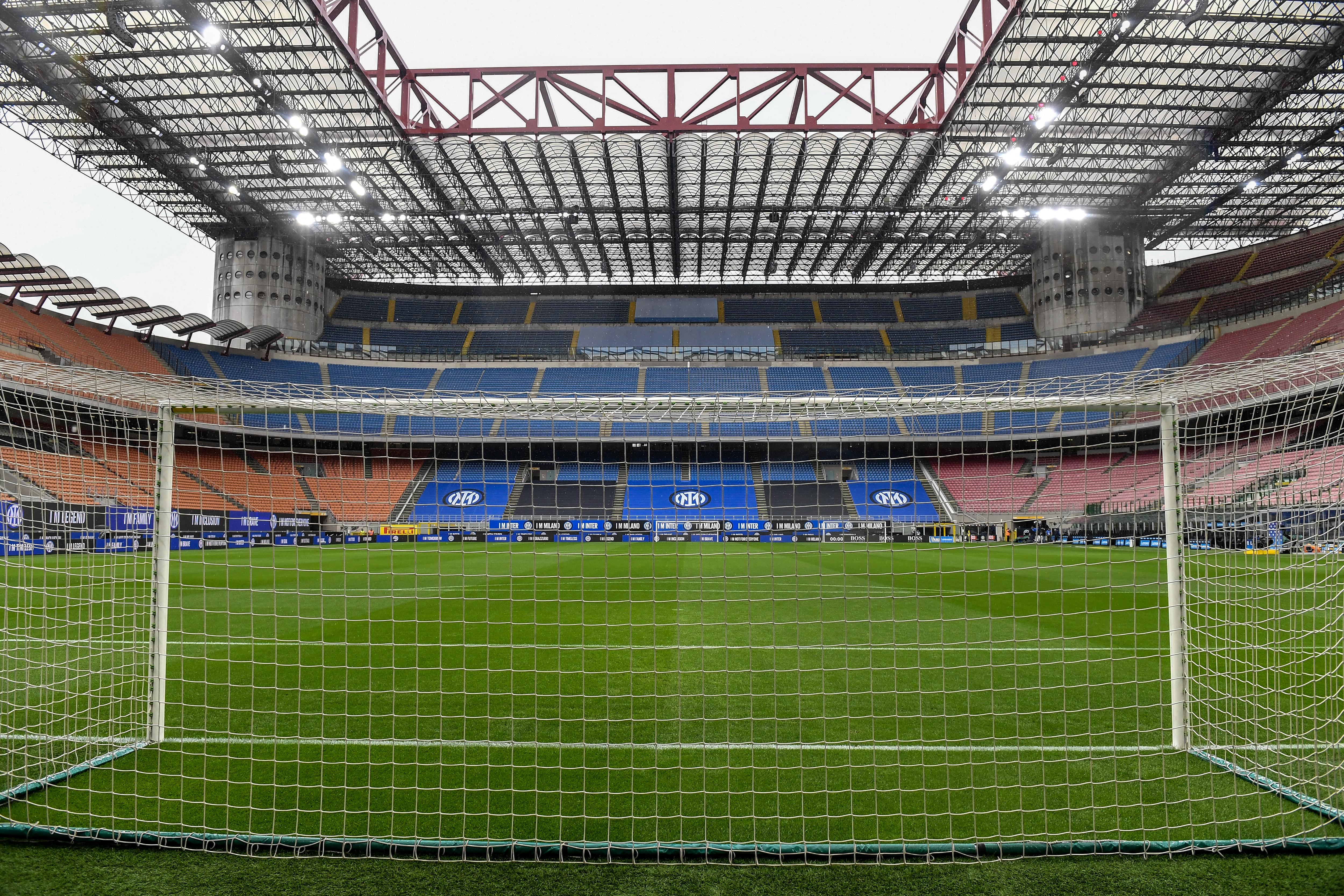 在国际足球俱乐部和卡利亚里足球俱乐部的意甲比赛之前,体育场的新标志可以通过足球球门看到。