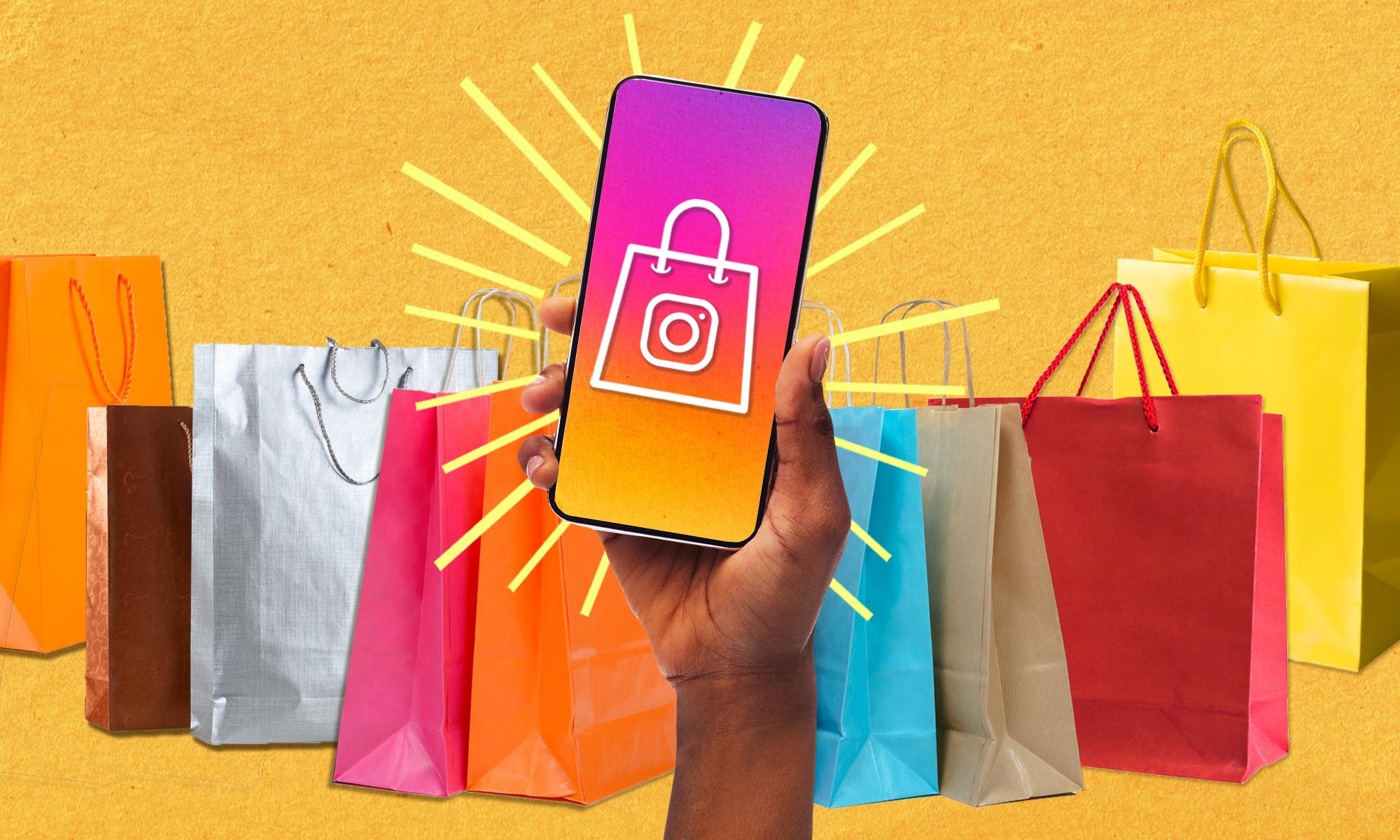一只手拿着手机,身后是五颜六色的购物袋