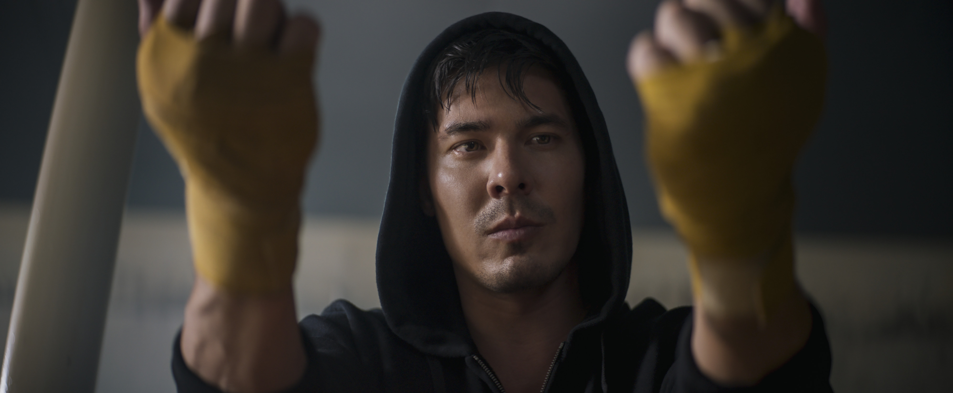 Lewis Tan as Cole Young holds up his wrapped fists in Mortal Kombat