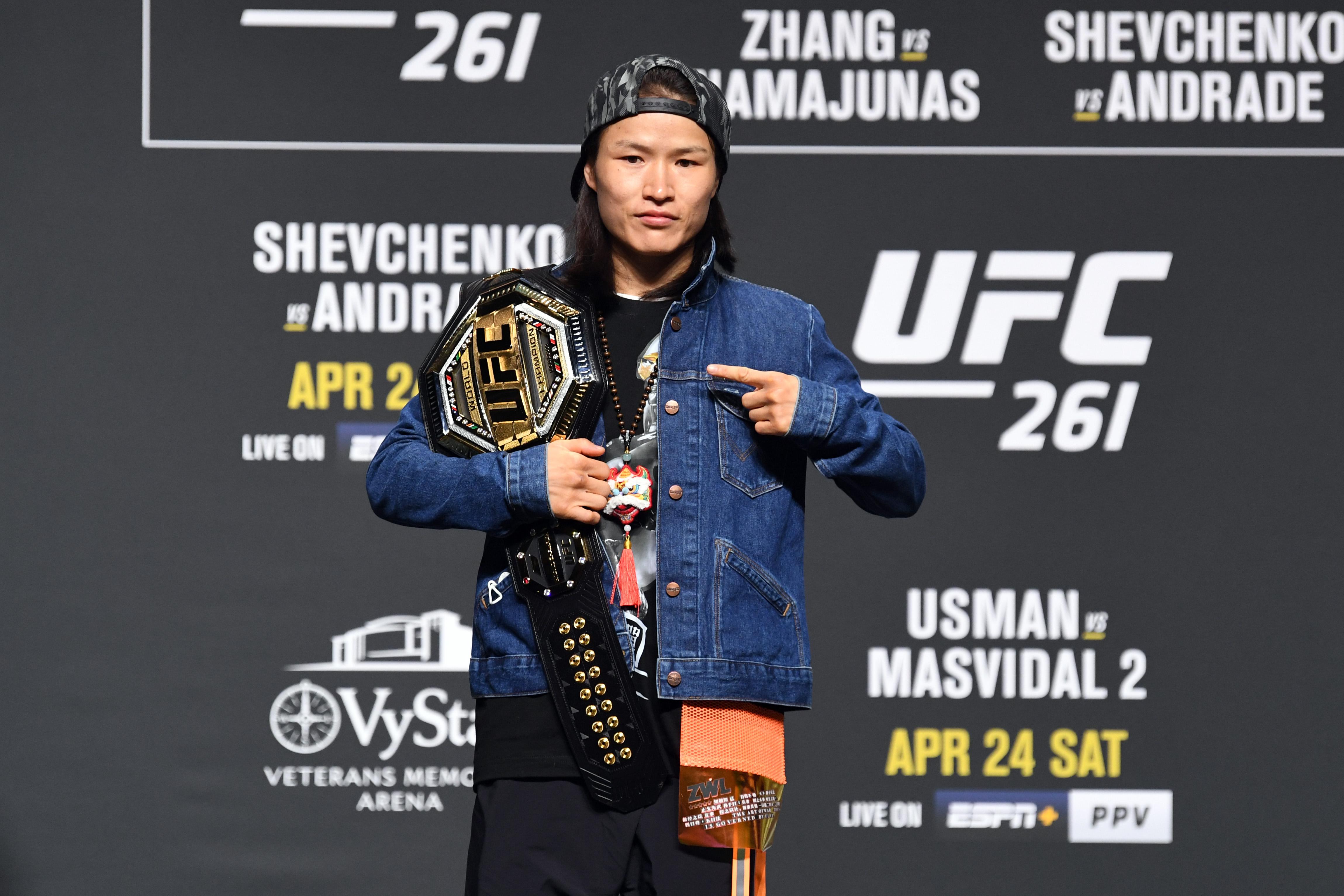 2021年4月22日,在佛罗里达州杰克逊维尔市VyStar老兵纪念体育馆举行的UFC 261新闻发布会上,中国UFC女子稻草重量冠军张伟丽在媒体面前摆姿势。