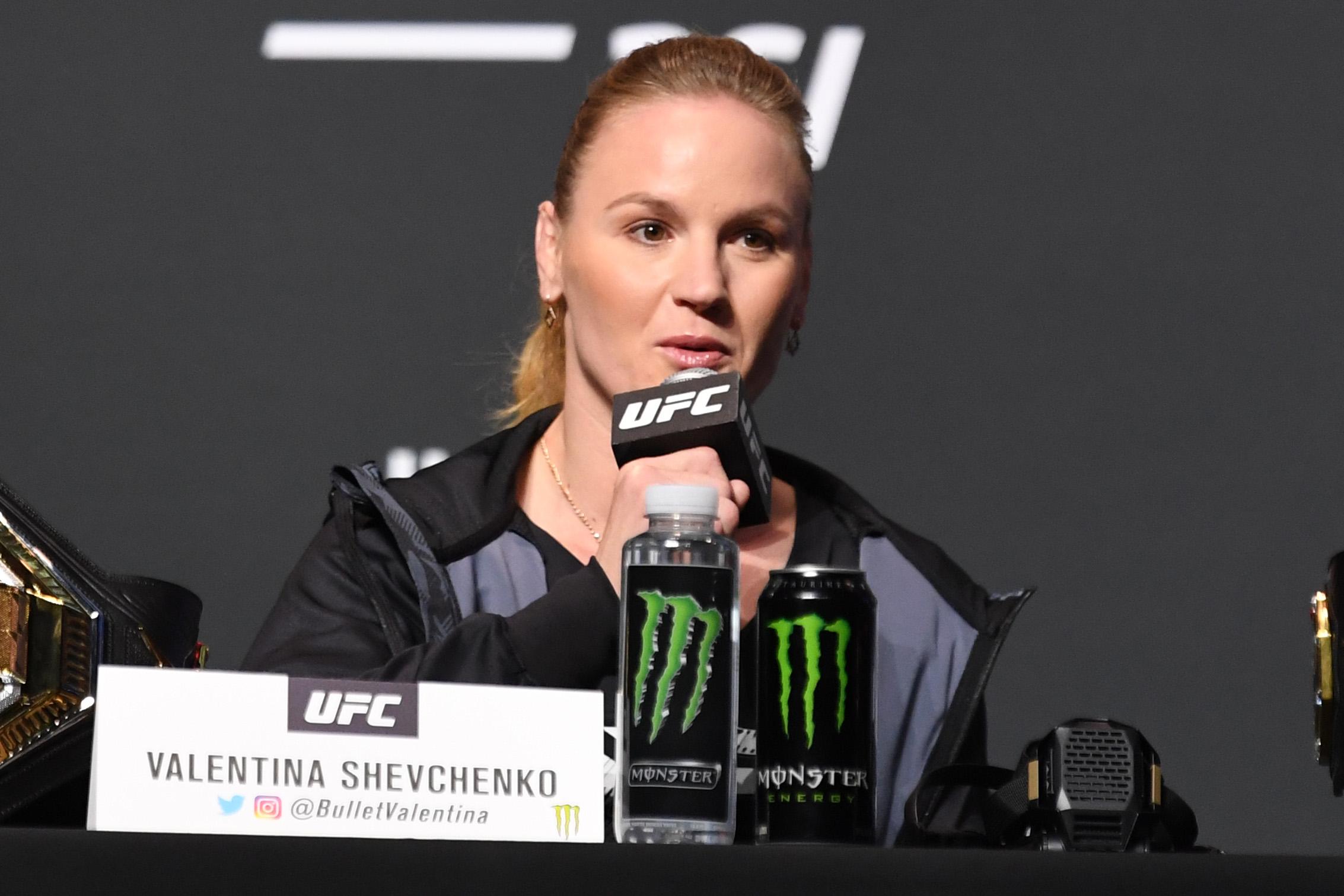 2021年4月22日,UFC女子Flyweight冠军瓦伦蒂娜·舍甫琴科在佛罗里达州杰克逊维尔市VyStar老兵纪念体育场举行的UFC 261新闻发布会上与媒体互动。