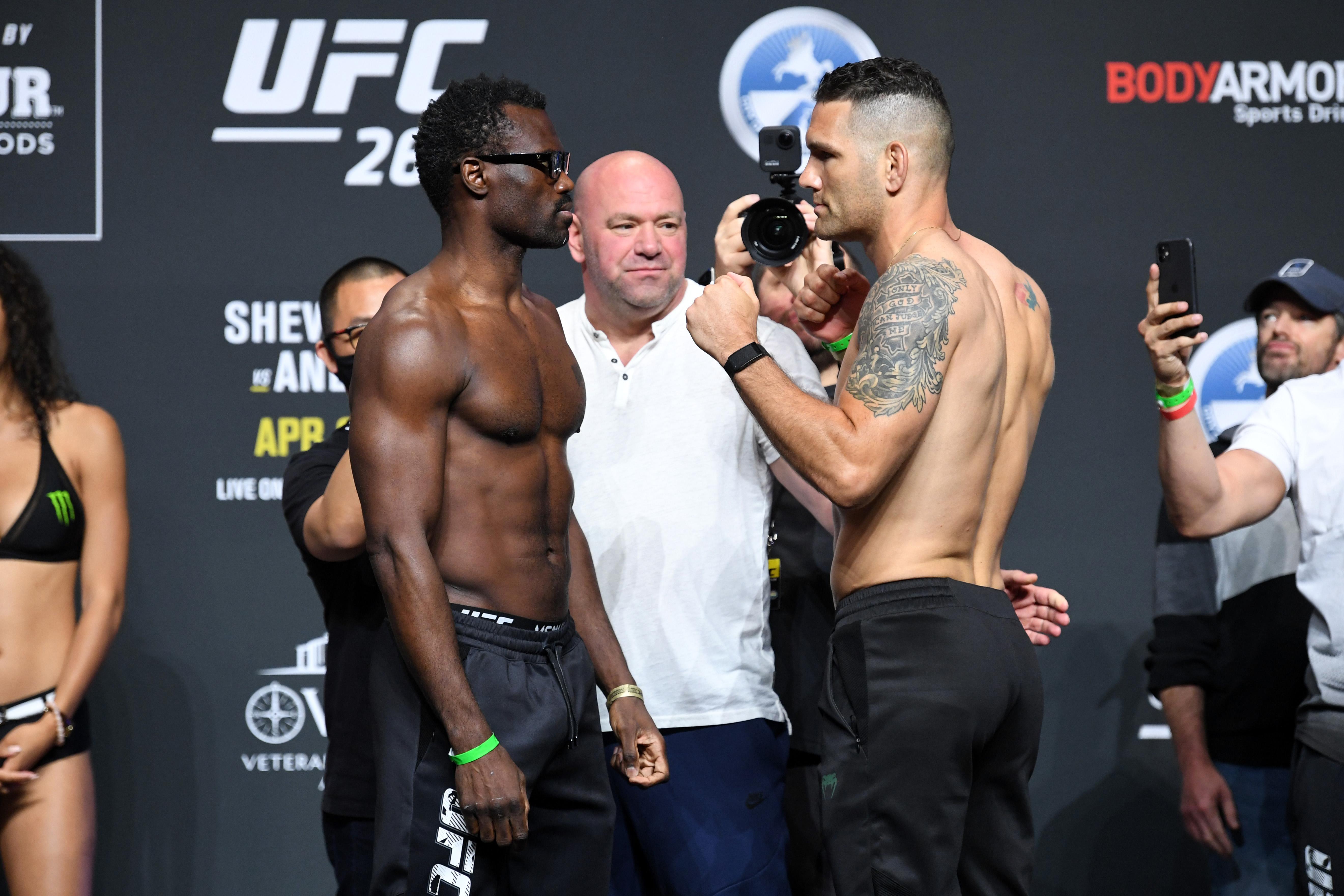 (从左至右)牙买加的尤赖亚·霍尔和克里斯·魏德曼在UFC 261称重仪式上对阵,2021年4月23日,在佛罗里达州杰克逊维尔的VyStar老兵纪念体育场。