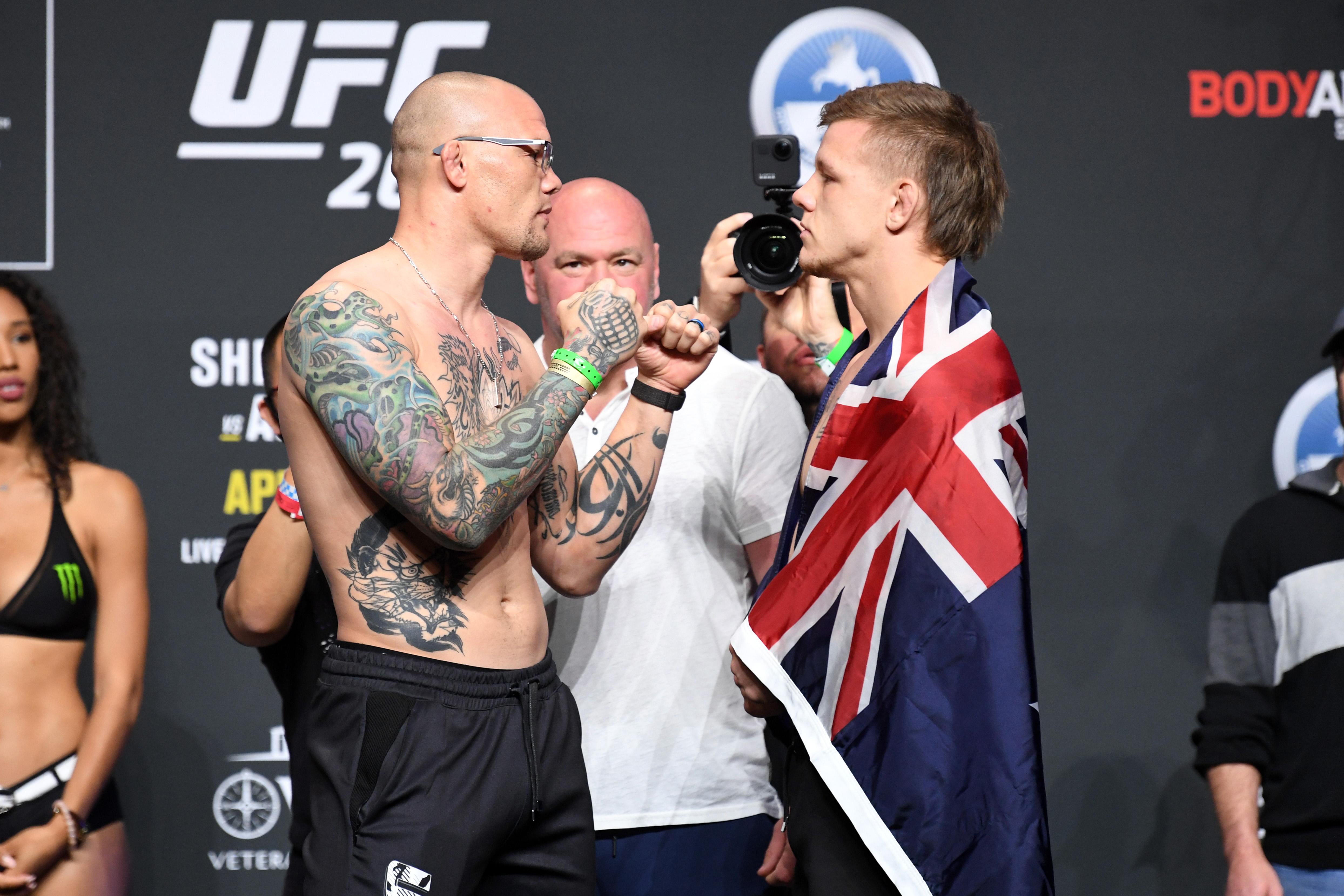 (从左至右)2021年4月23日,在佛罗里达州杰克逊维尔的VyStar老兵纪念体育场,安东尼·史密斯和澳大利亚选手吉米·克鲁特在UFC 261称重仪式上展开对决。