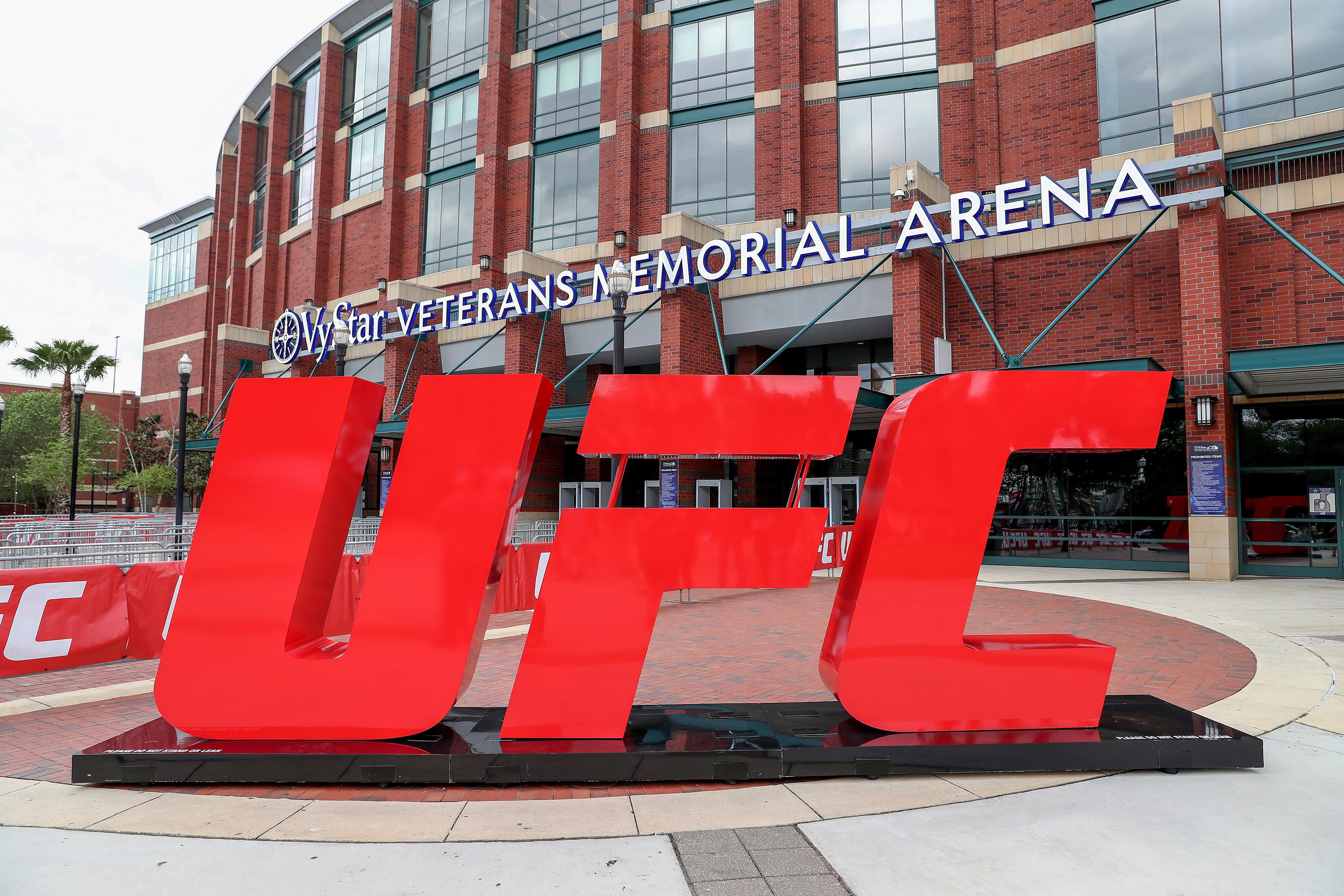 2021年4月24日,在佛罗里达州杰克逊维尔市的VyStar老兵纪念竞技场,UFC标志欢迎粉丝们参加UFC 261。