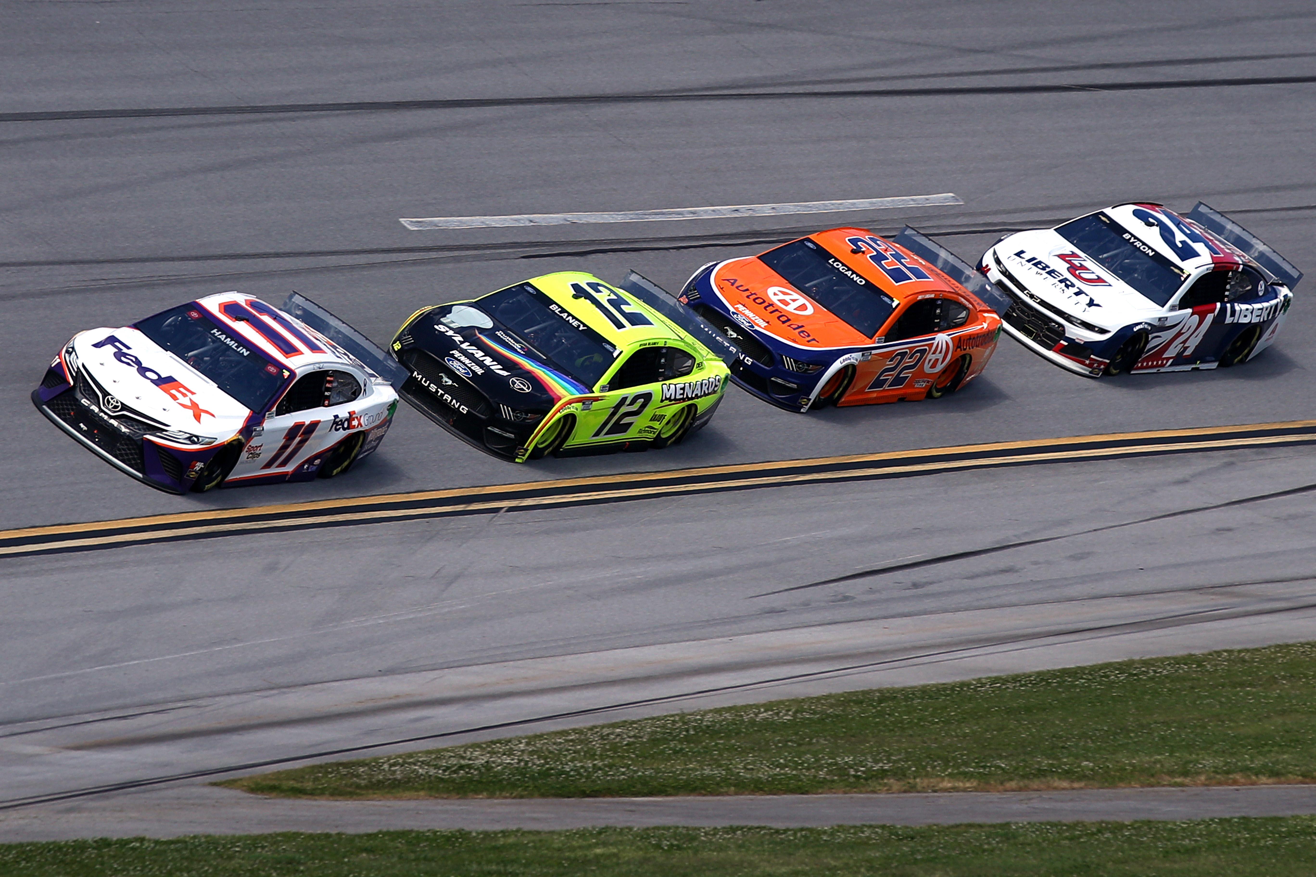 丹尼哈姆林,司机# 11联邦快递地面丰田,瑞安·布莱尼说道,他的司机# 12 menard /森林城福特,乔伊Logano,司机# 22 Autotrader福特,和威廉·拜伦,司机的# 24自由大学雪佛兰,比赛在500年全美赛车联合会杯系列GEICO在塔拉Superspeedway 4月25日2021在塔拉,阿拉巴马州。