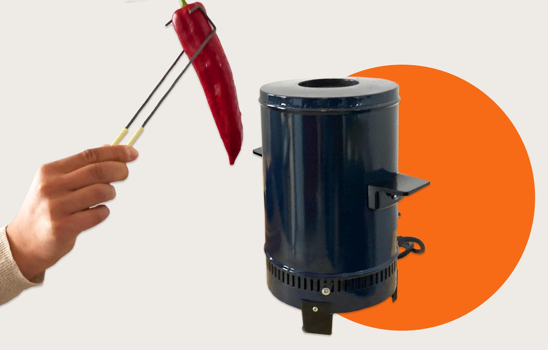 一只手用钳子将新鲜的甜椒放入蔬菜烘烤器中,背景图案是抽象的