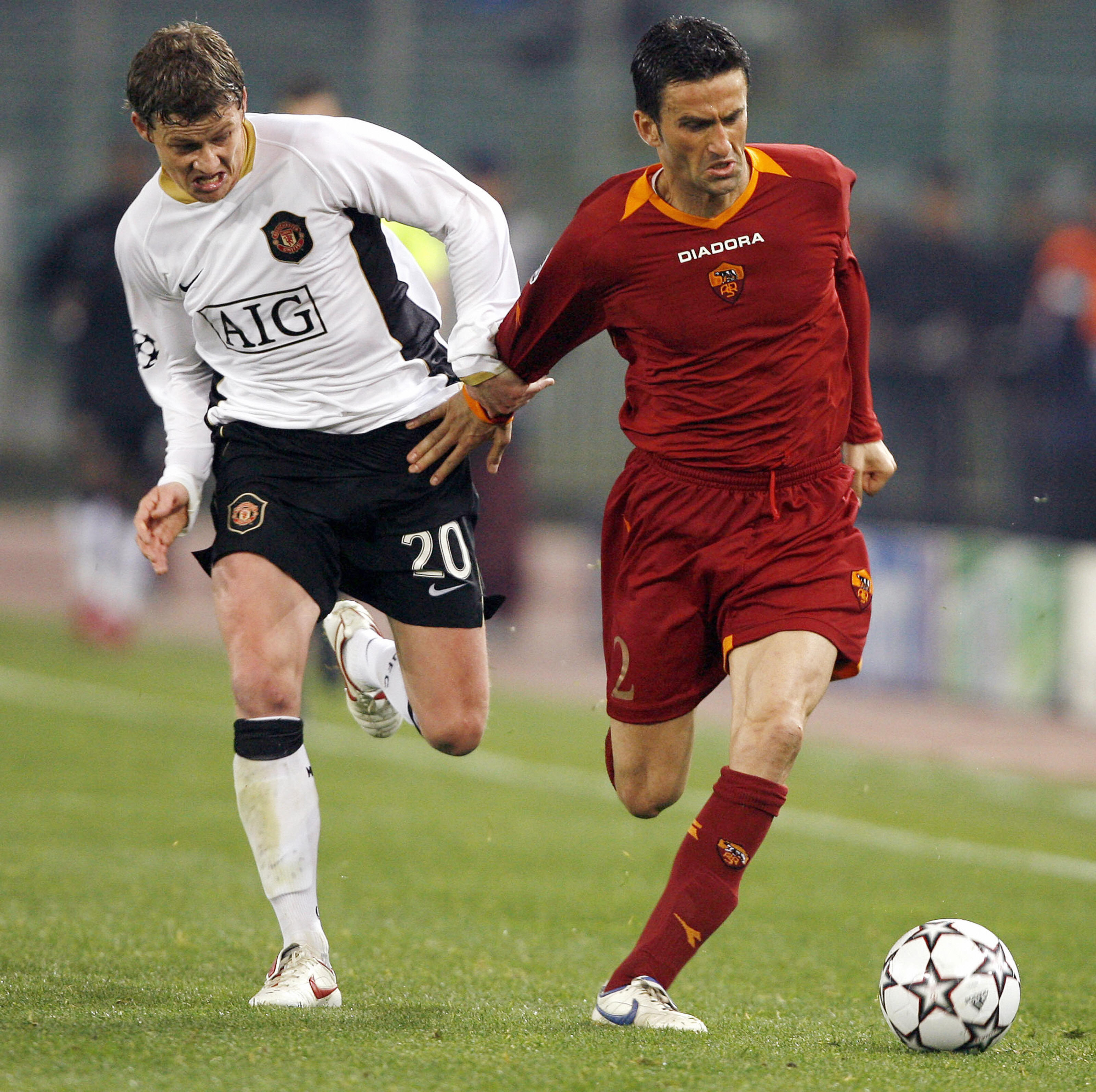 Roma's Christian Pnucci (R) vies with Ma...