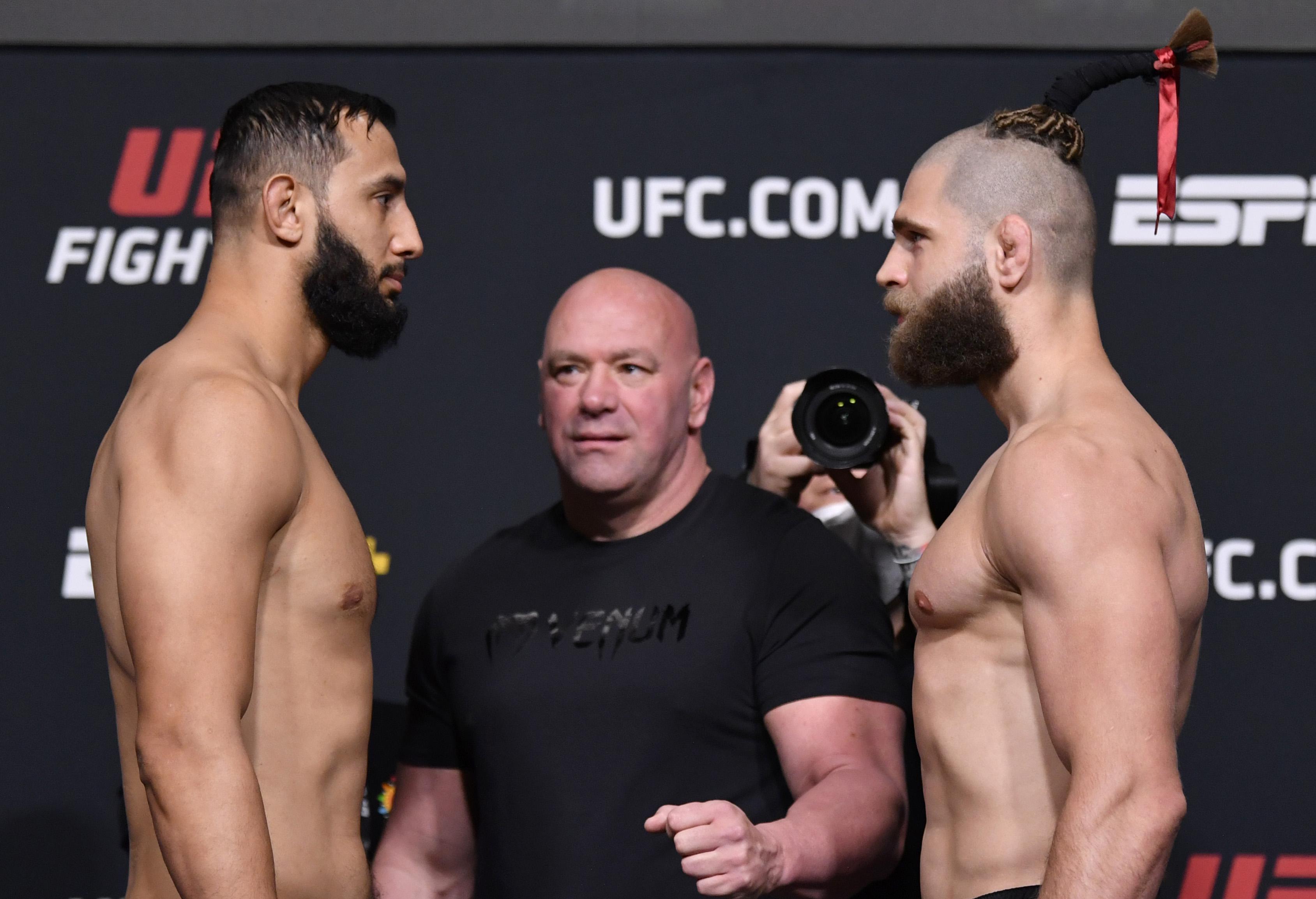 (从左至右)捷克的对手多米尼克·雷耶斯和吉里·普罗查兹卡将于2021年4月30日在内华达州拉斯维加斯举行的UFC APEX终极格斗冠军赛上进行称重比赛。