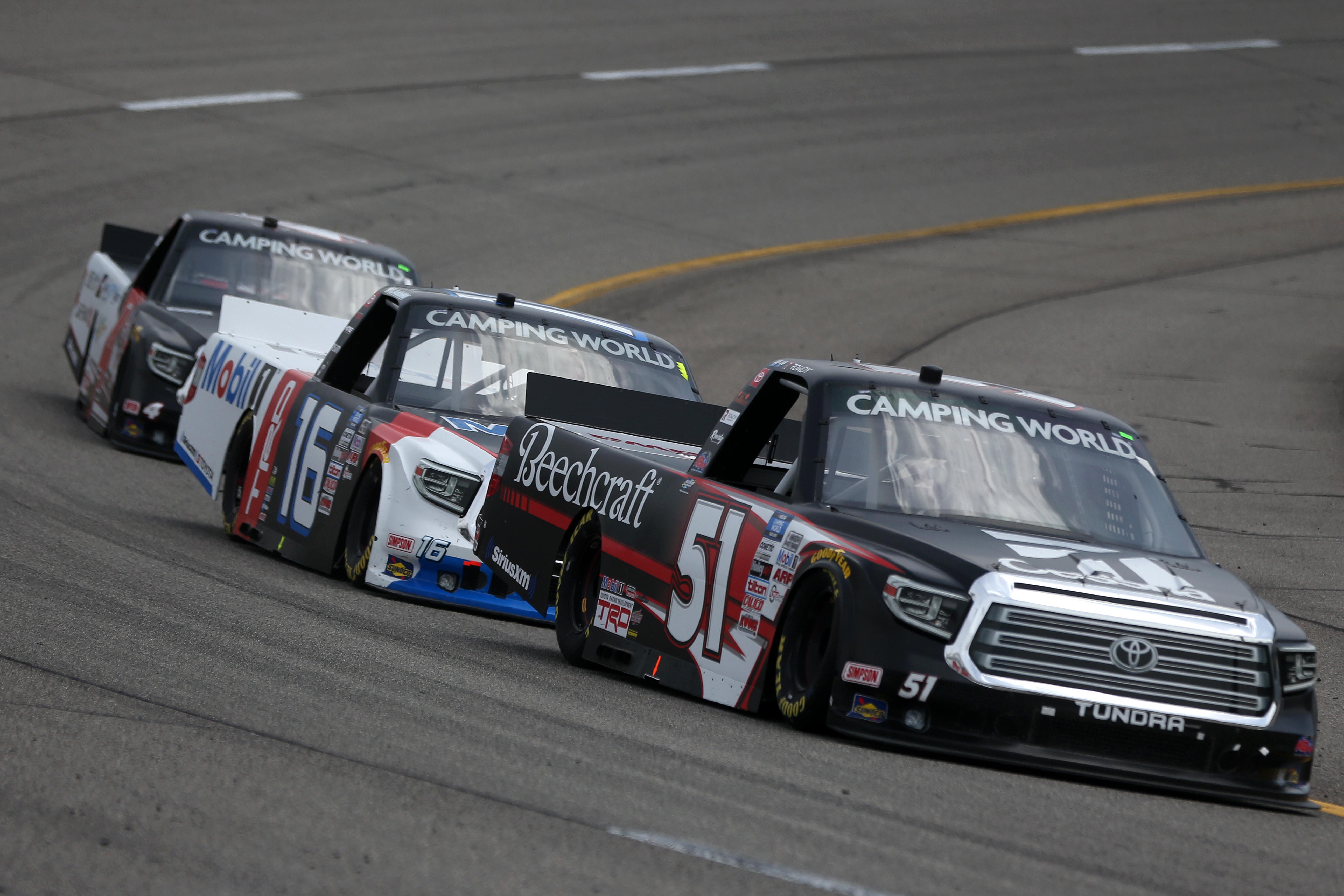 2021年4月17日,在弗吉尼亚州里士满赛道举行的纳斯卡世界露营卡车系列赛丰田250中,51号塞斯纳丰田汽车的司机凯尔·布希领跑。