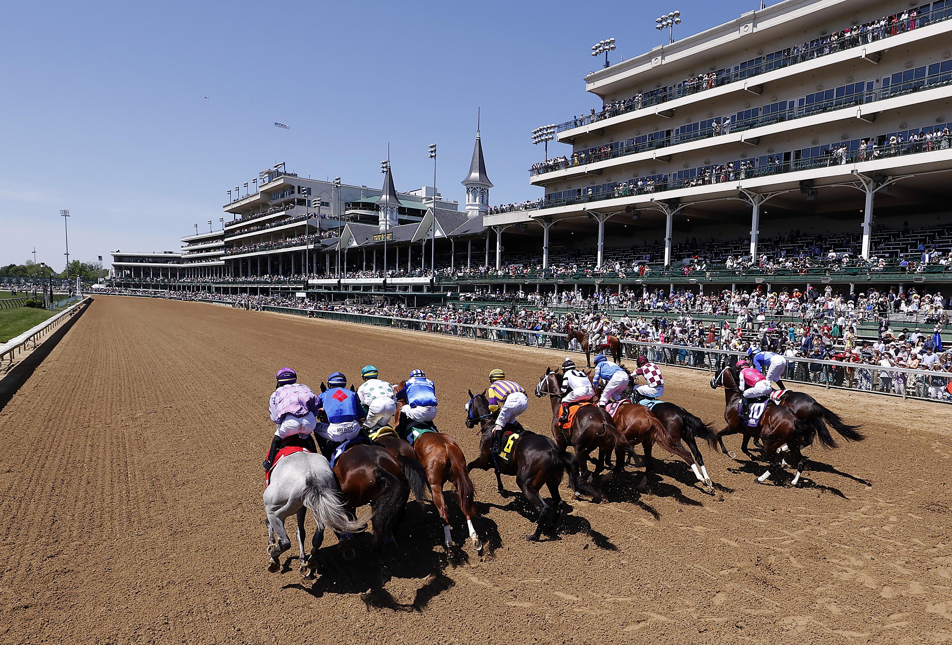 """2021年5月1日,在肯塔基州路易斯维尔丘吉尔唐斯举行的第147届肯塔基赛马会(I 'll Have Another)前5场比赛中,马儿们从""""我还有一匹马""""(I 'll Have Another)的起点冲出大门。"""