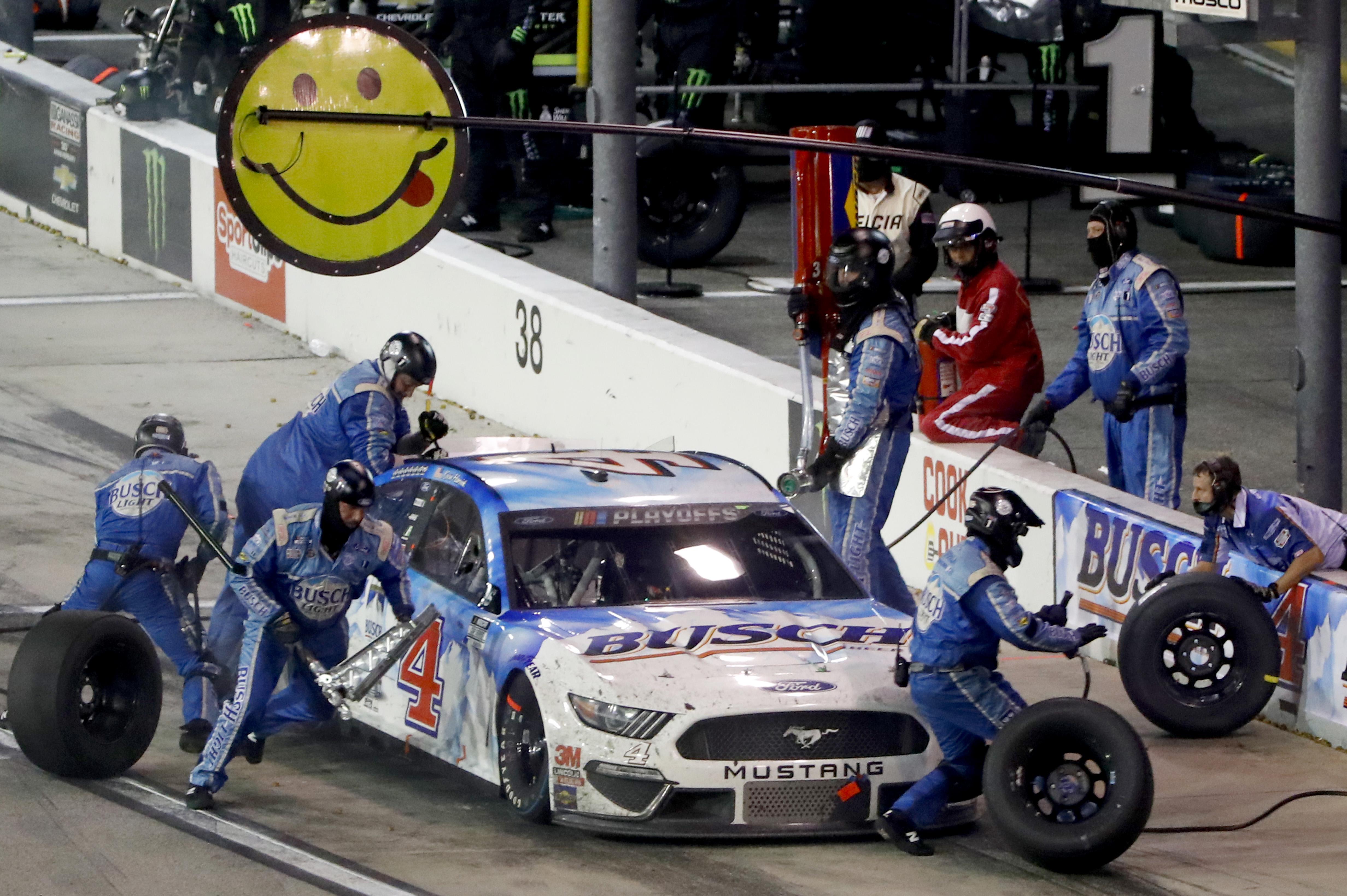 """2020年9月6日,在南卡罗来纳达林顿赛道举行的纳斯卡杯系列赛""""烹饪南方500""""(Cook Out Southern 500)中,4号布希啤酒的赛车手凯文·哈维(Kevin Harvick)在维修站加油。"""