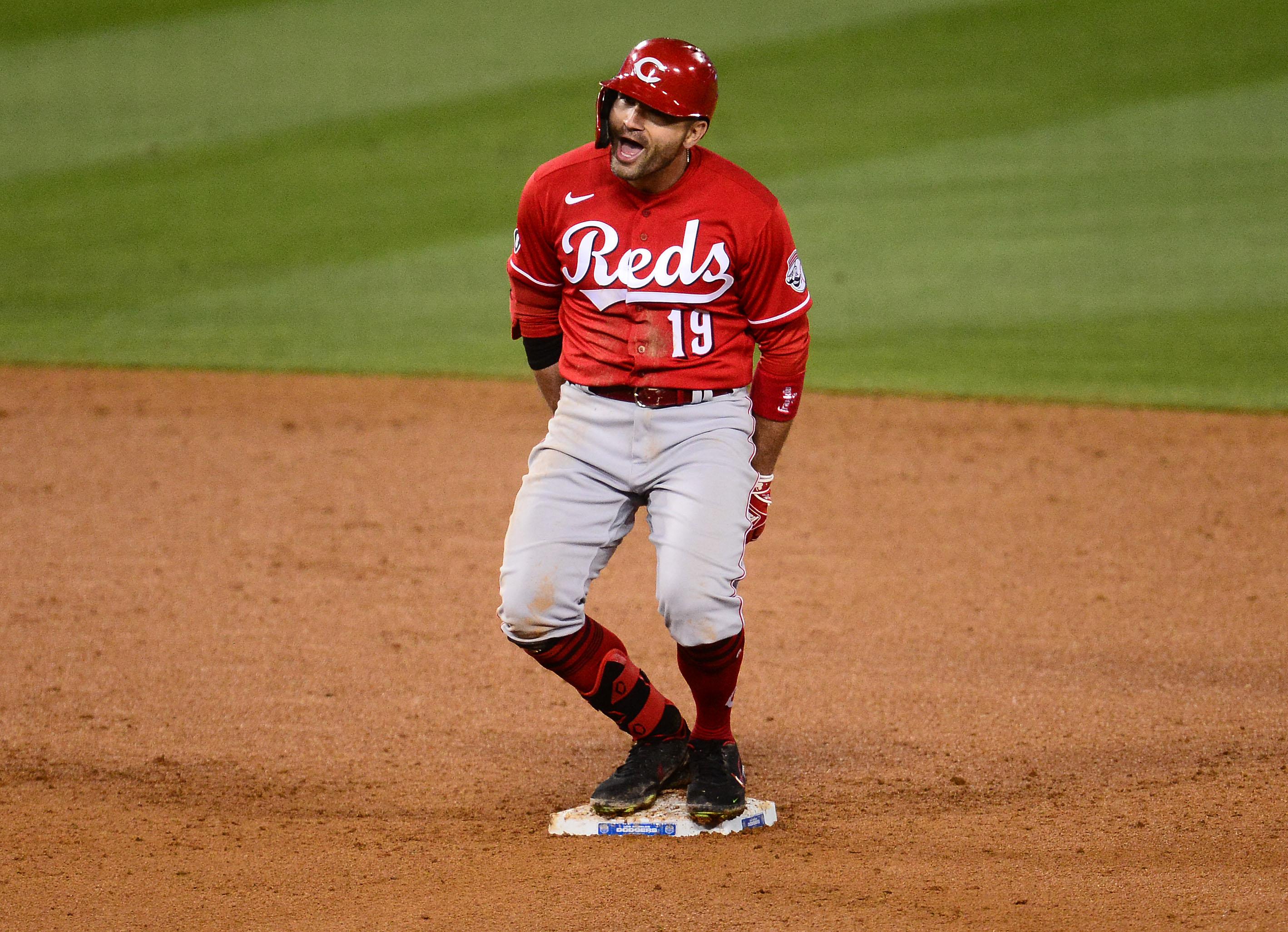 辛辛那提红人队一垒手乔伊·沃托在第七局对洛杉矶道奇队击出两分打点二垒安打后的反应。