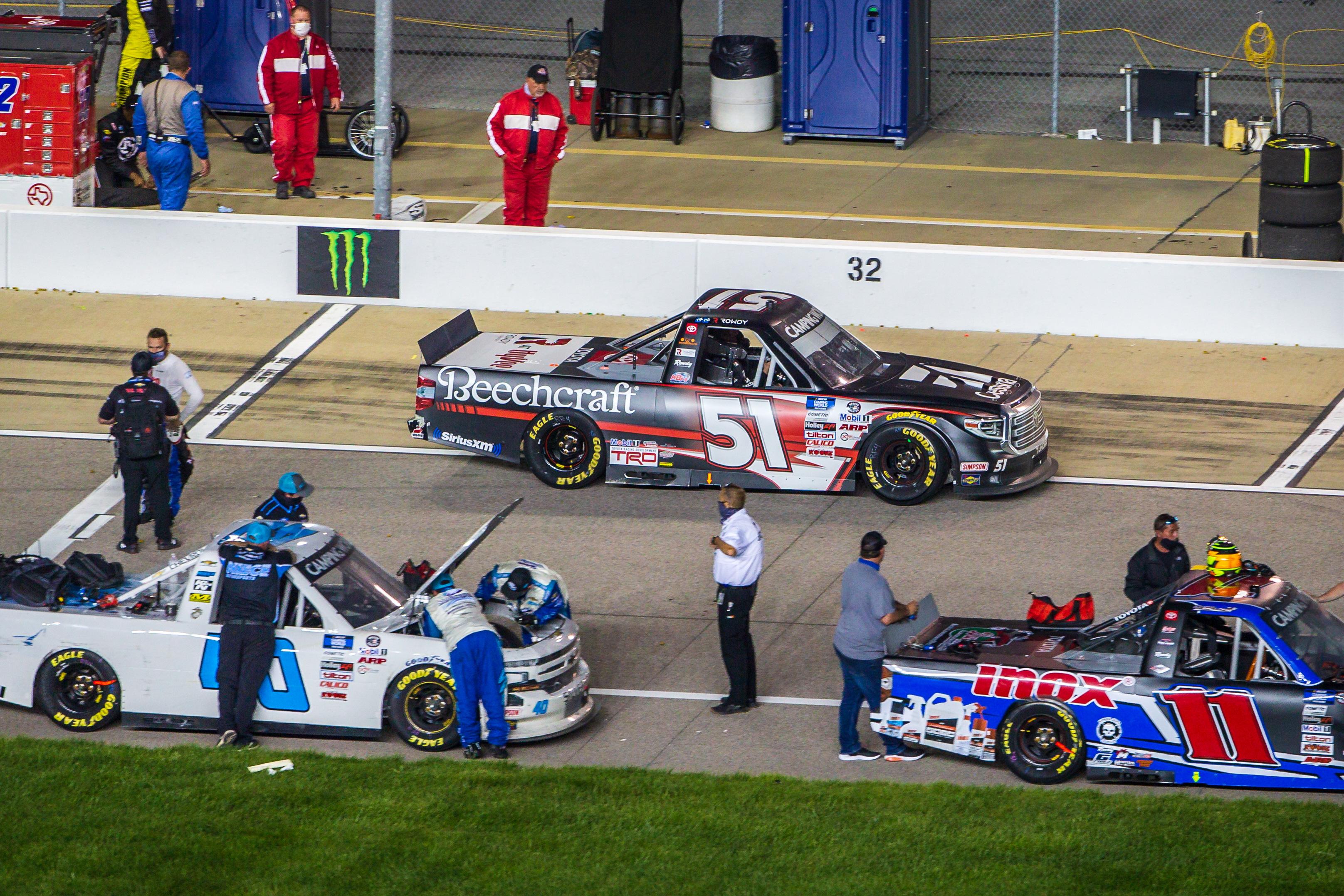 """5月1日,在堪萨斯州堪萨斯市的堪萨斯赛道上,51岁的纳斯卡甘德房车和户外卡车系列赛车手凯尔·布希(Kyle Busch)在赢得2021年""""智慧力量200""""比赛后,走向胜利跑道。"""