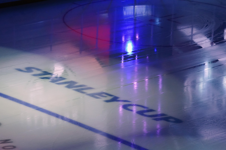 2020年7月29日,在加拿大安大略省多伦多市的丰业银行球馆举行的2020年NHL斯坦利杯季后赛之前,科罗拉多雪崩队和明尼苏达野生队之间的表演赛前的冰上标志。