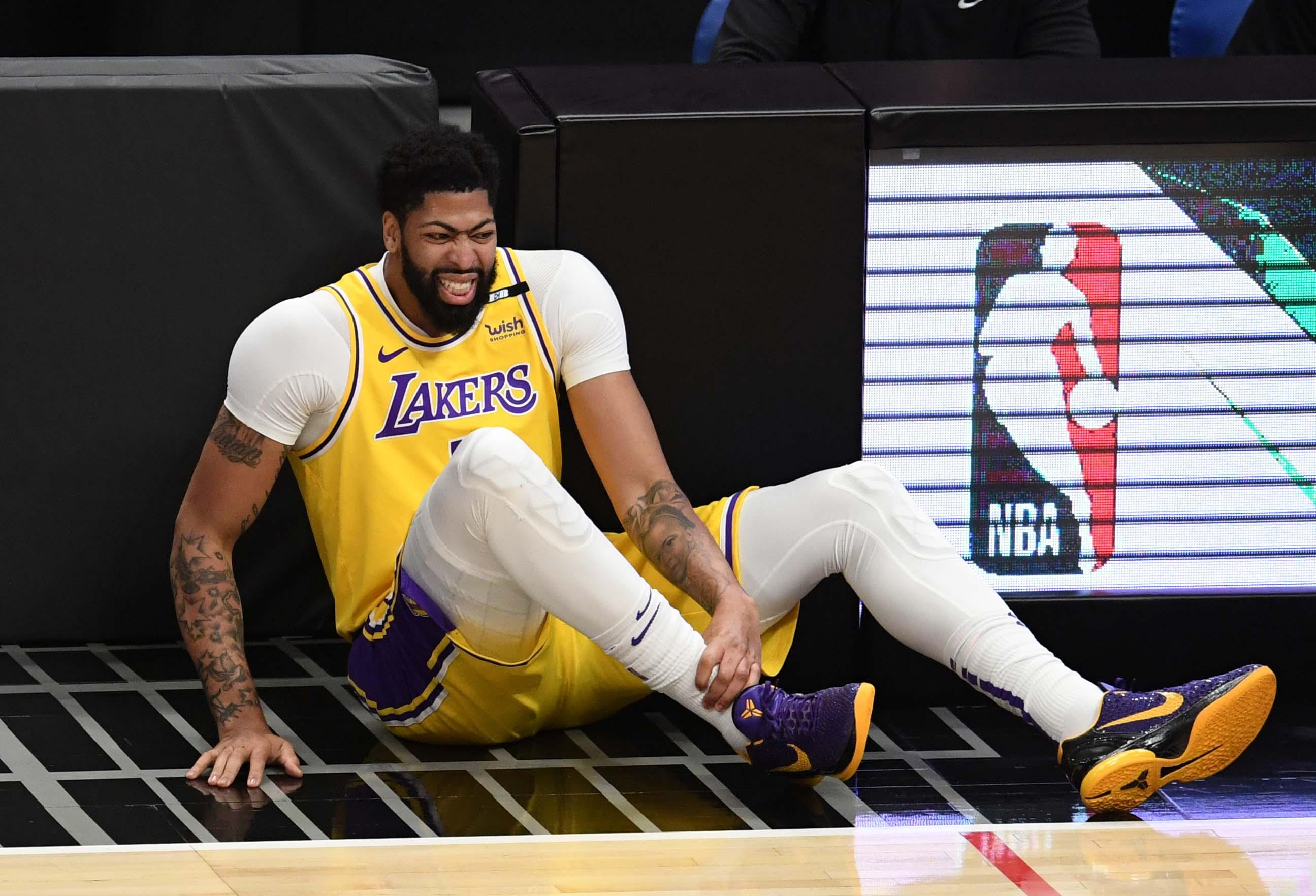 在一场NBA篮球赛中,洛杉矶快船队以118-94击败洛杉矶湖人队。