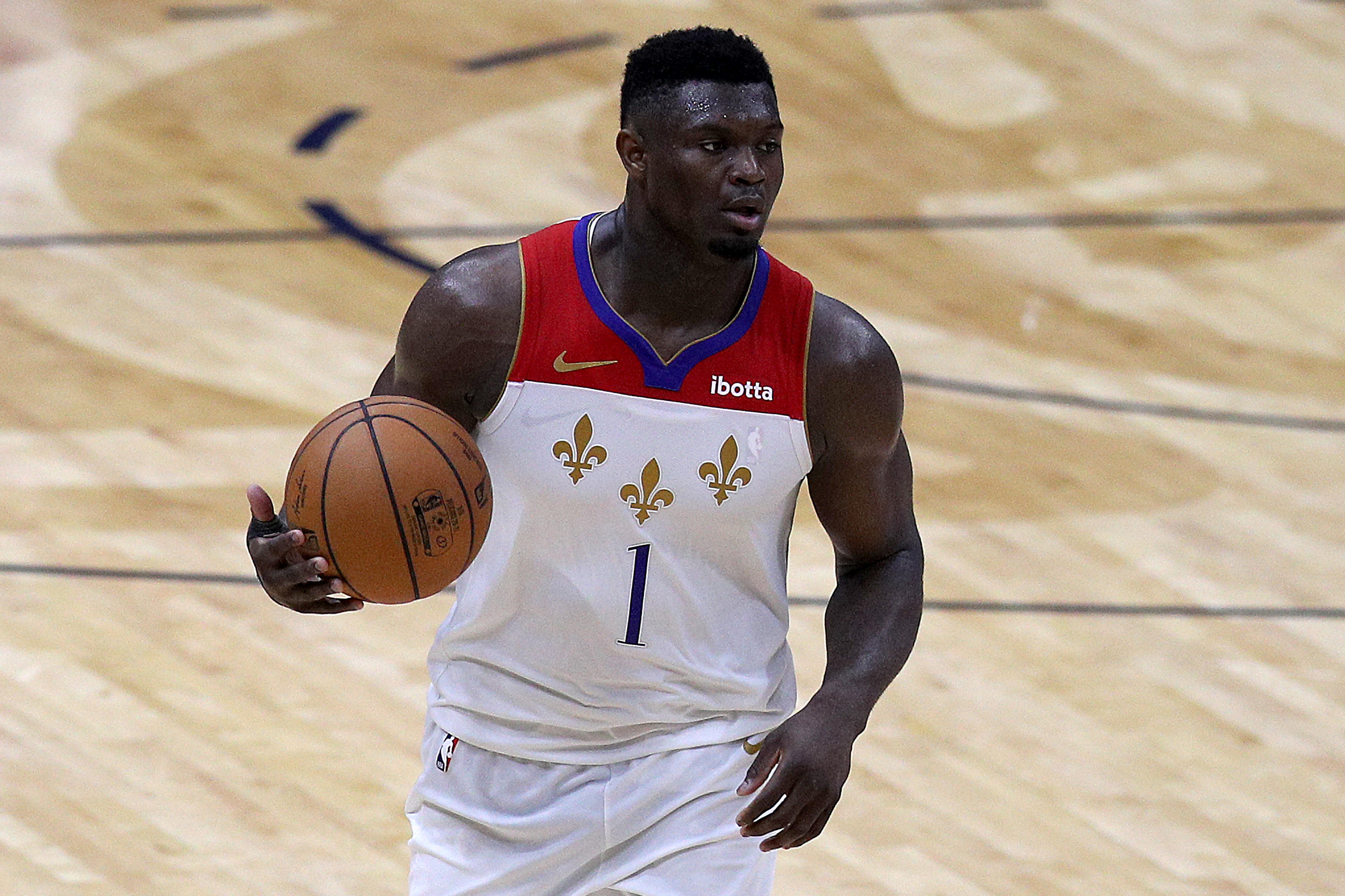 2021年5月4日,路易斯安那州新奥尔良,新奥尔良鹈鹕队的锡安·威廉姆森在NBA与金州勇士队比赛的第四节运球。