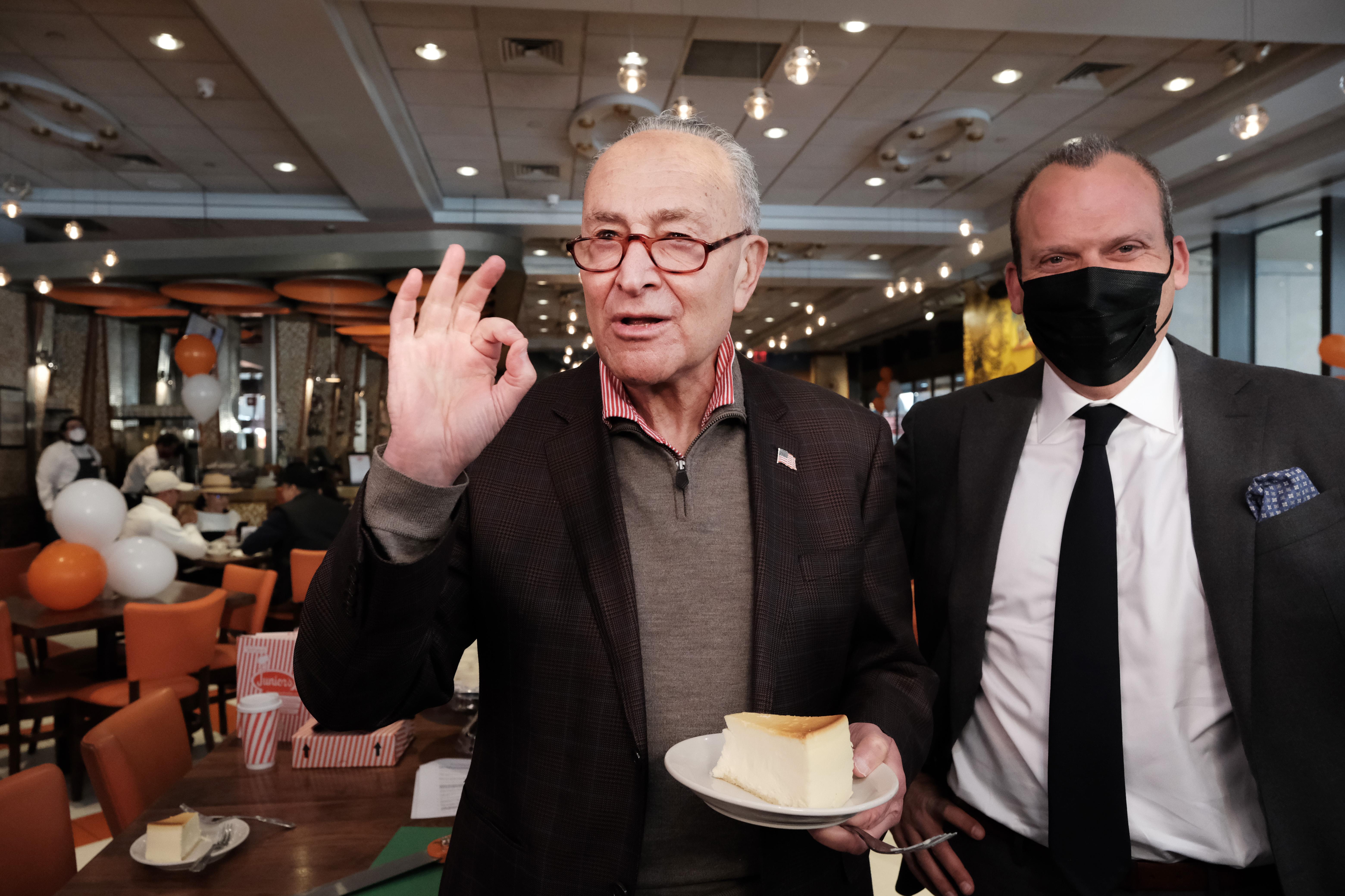 参议院领袖舒默出席时代广场餐厅盛大重开