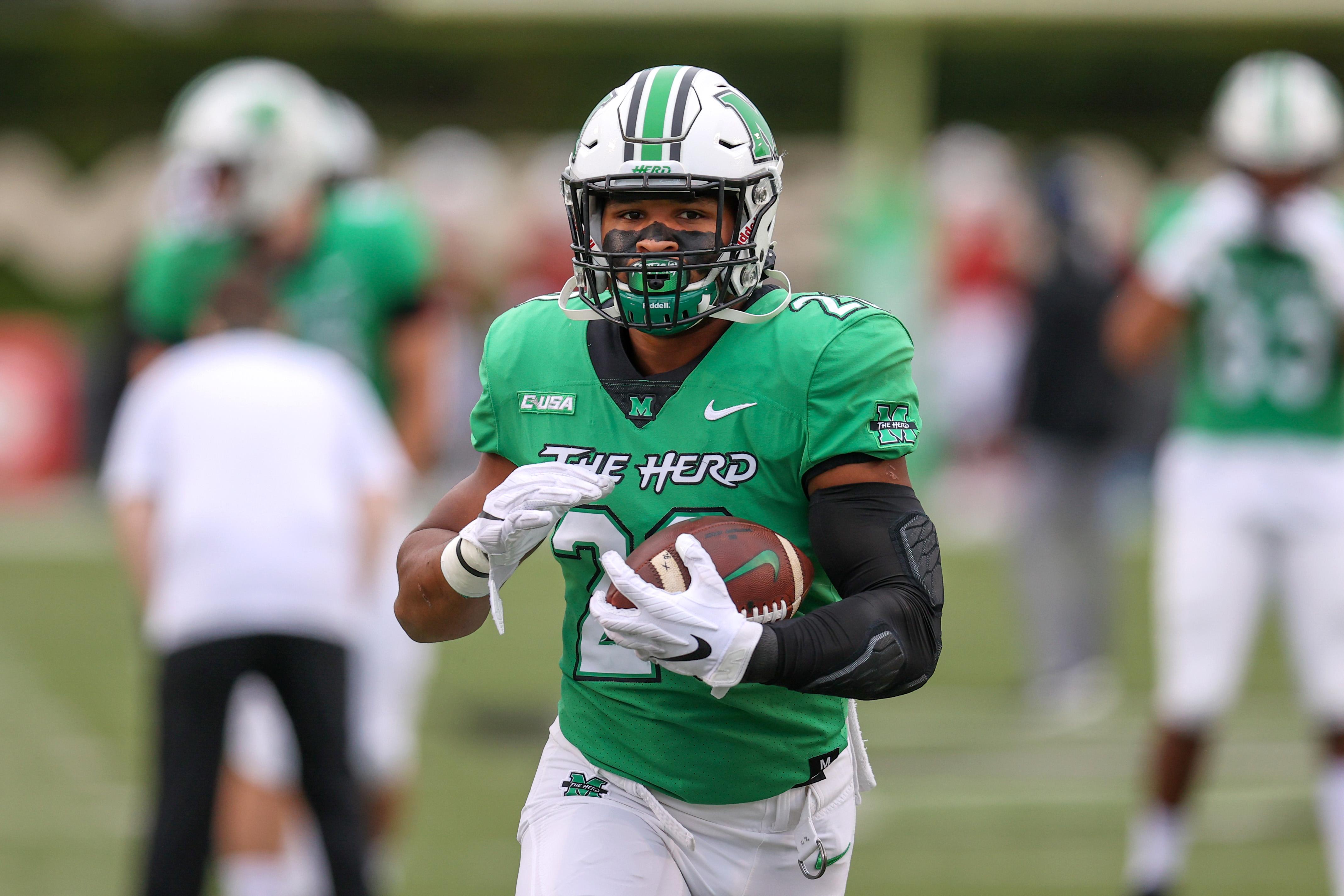 2020年10月24日,在佛罗里达大西洋猫头鹰队和马歇尔迅雷队之间的大学橄榄球比赛前的热身中,马歇尔迅雷队跑锋Brenden Knox(20)。