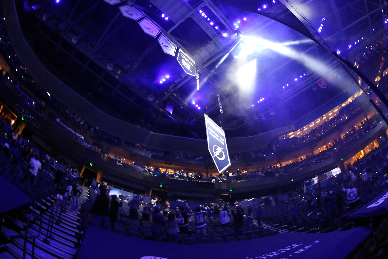 坦帕湾闪电升起旗帜作为2019-2020年斯坦利杯冠军球迷回到Amalie Arena前与纳什维尔捕食者的比赛。