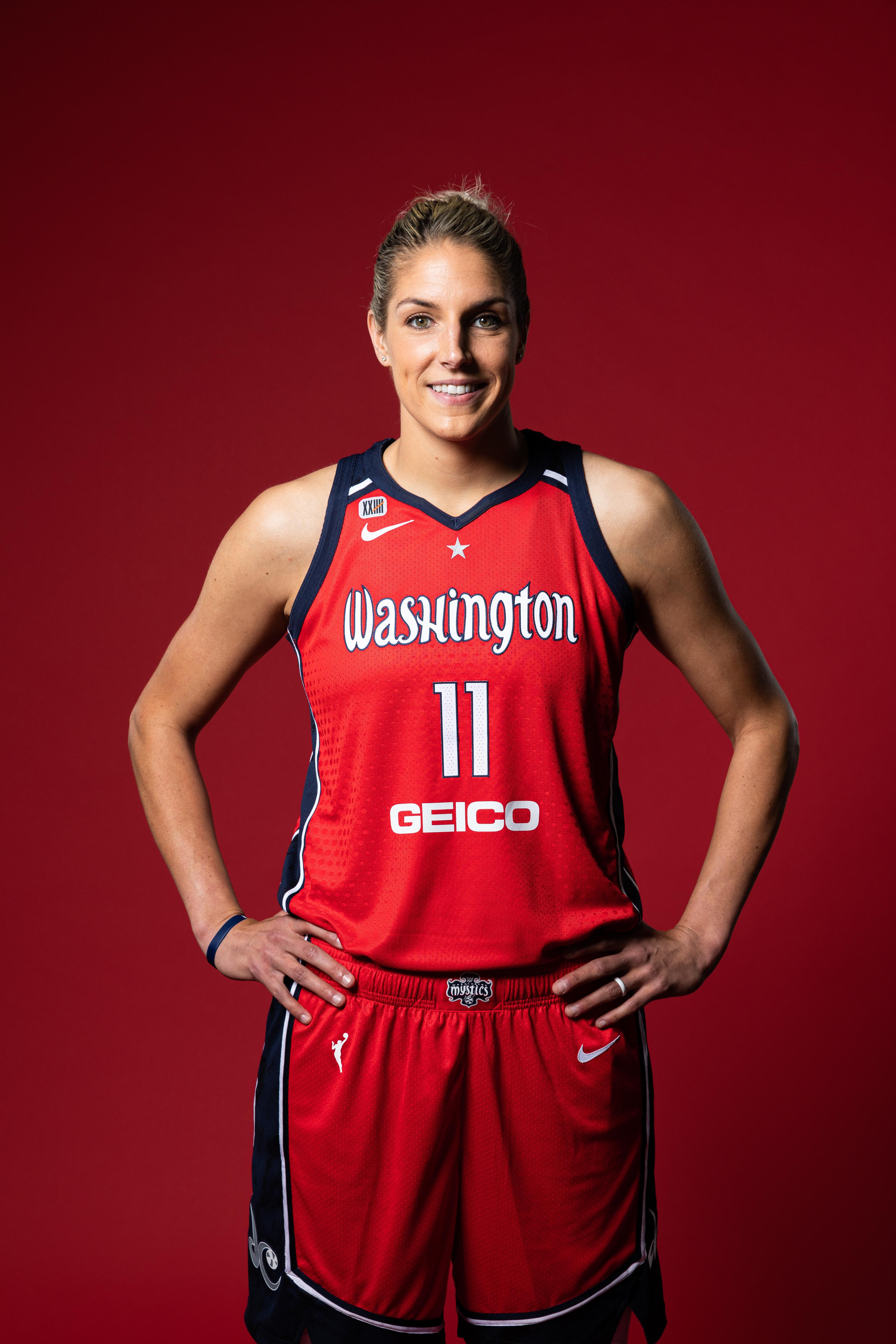 2021年4月26日,华盛顿特区圣伊丽莎白娱乐和体育场馆的2021年WNBA媒体日,华盛顿神秘主义者的埃琳娜·德尔·多恩摆姿势拍照。